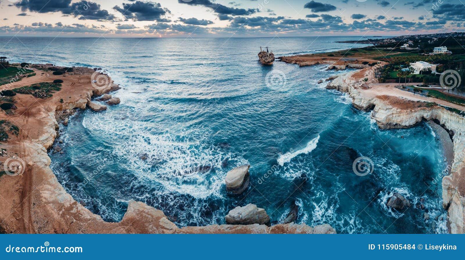 Nave abandonada Edro III cerca de la playa de Chipre
