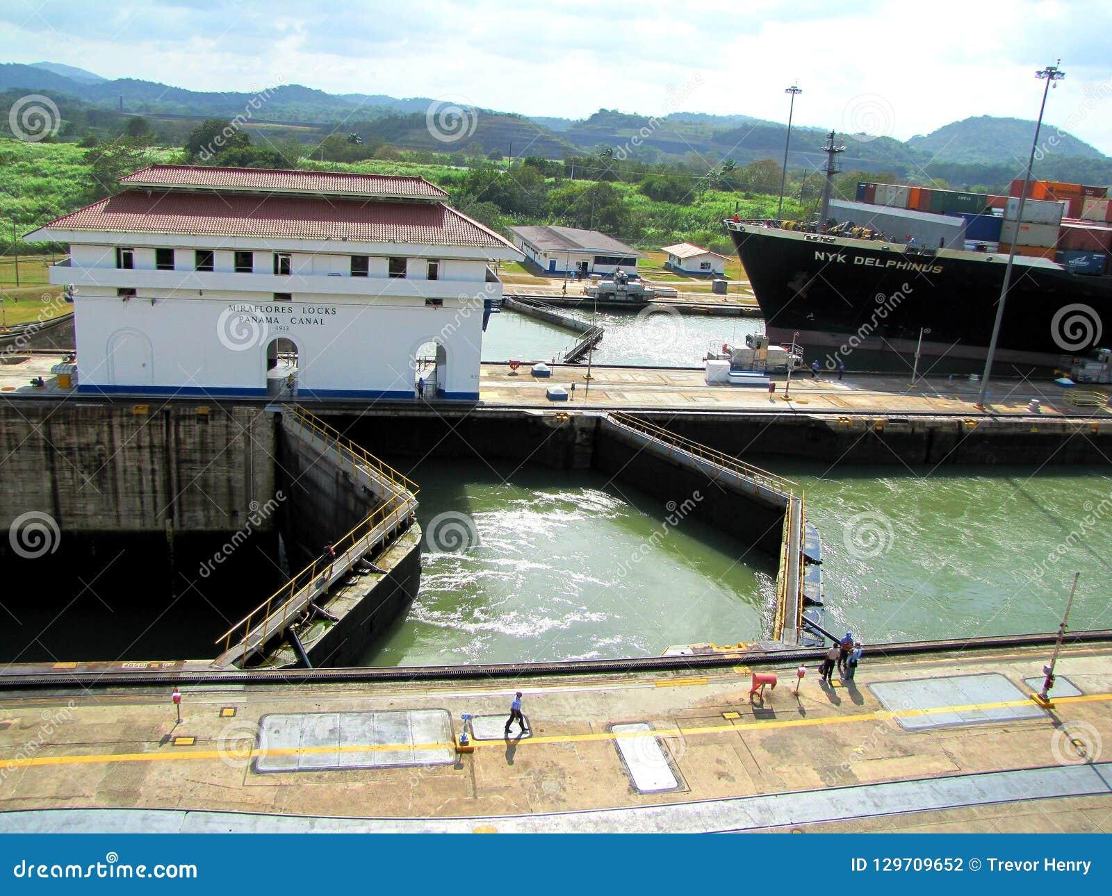 Nave che esce il canale di Panama