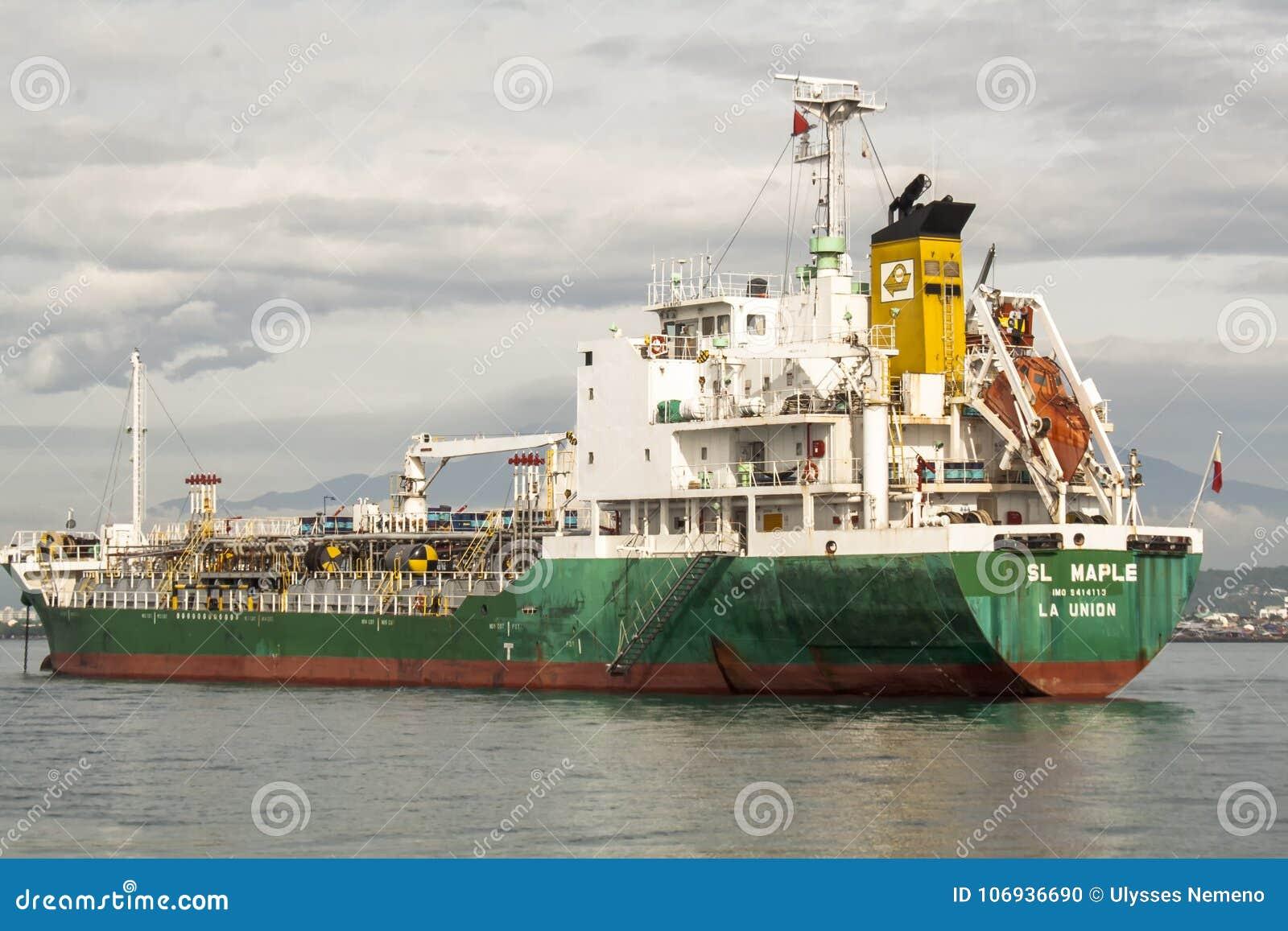 Nave da carico che lascia il porto in Davao, Filippine di Sasa