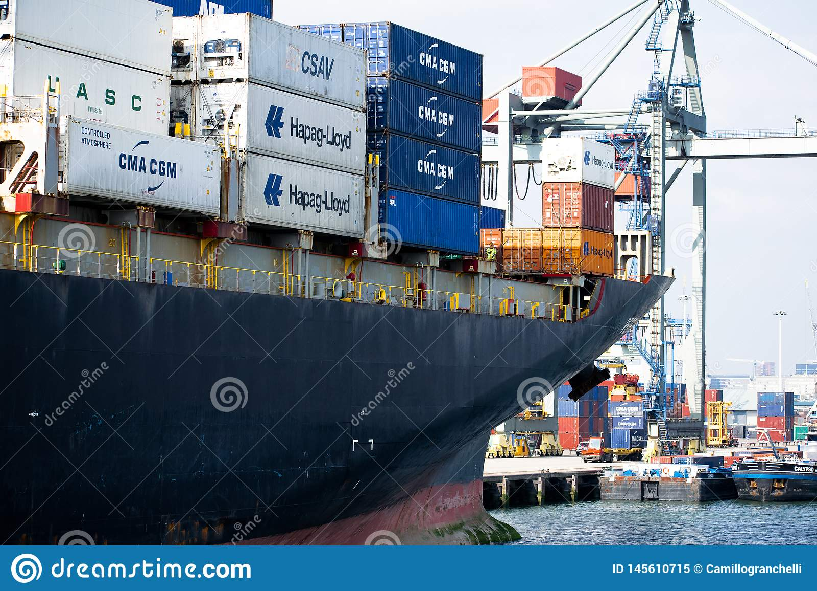 Nave da carico nel porto di Rotterdam