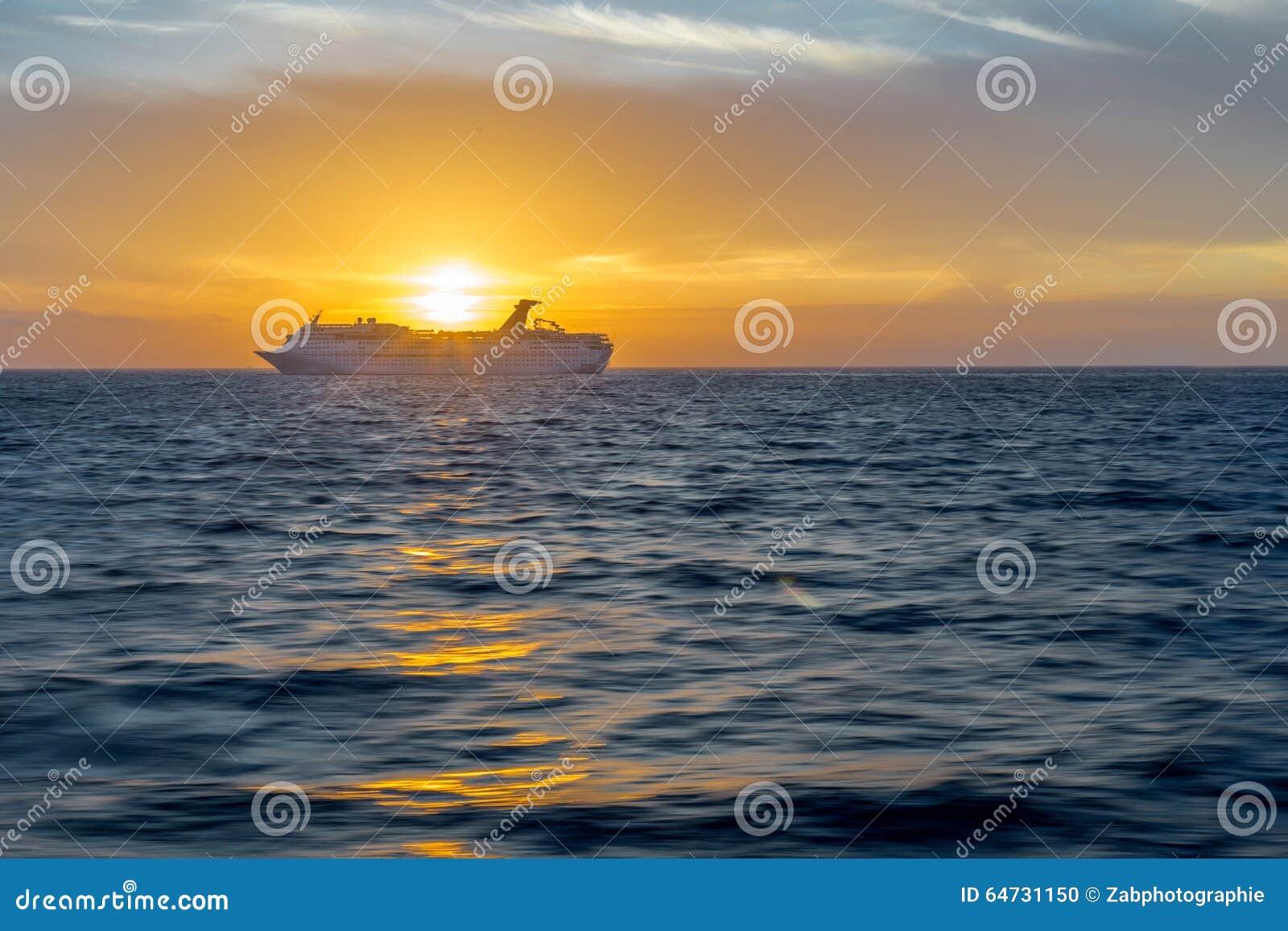 Nave da crociera al tramonto