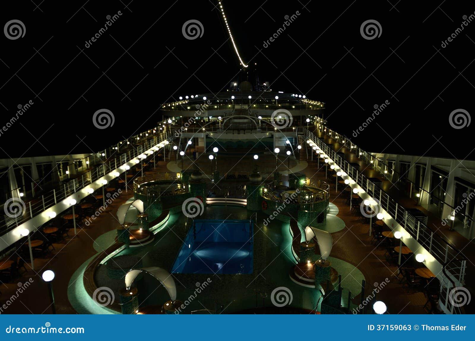 Nave da crociera alla notte con illuminazione immagine stock