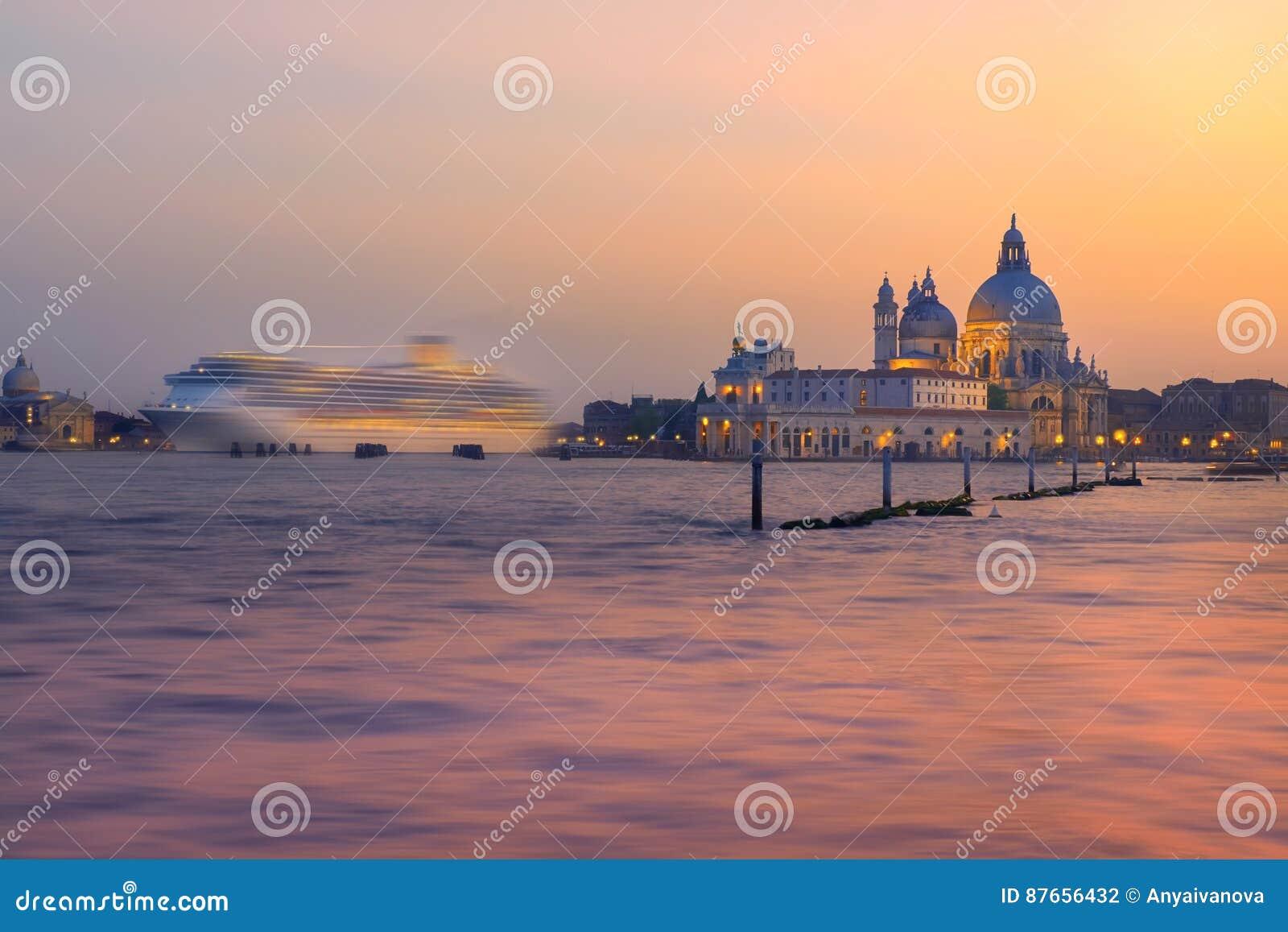 Nave da crociera che va dopo santa maria della sallute a venezia