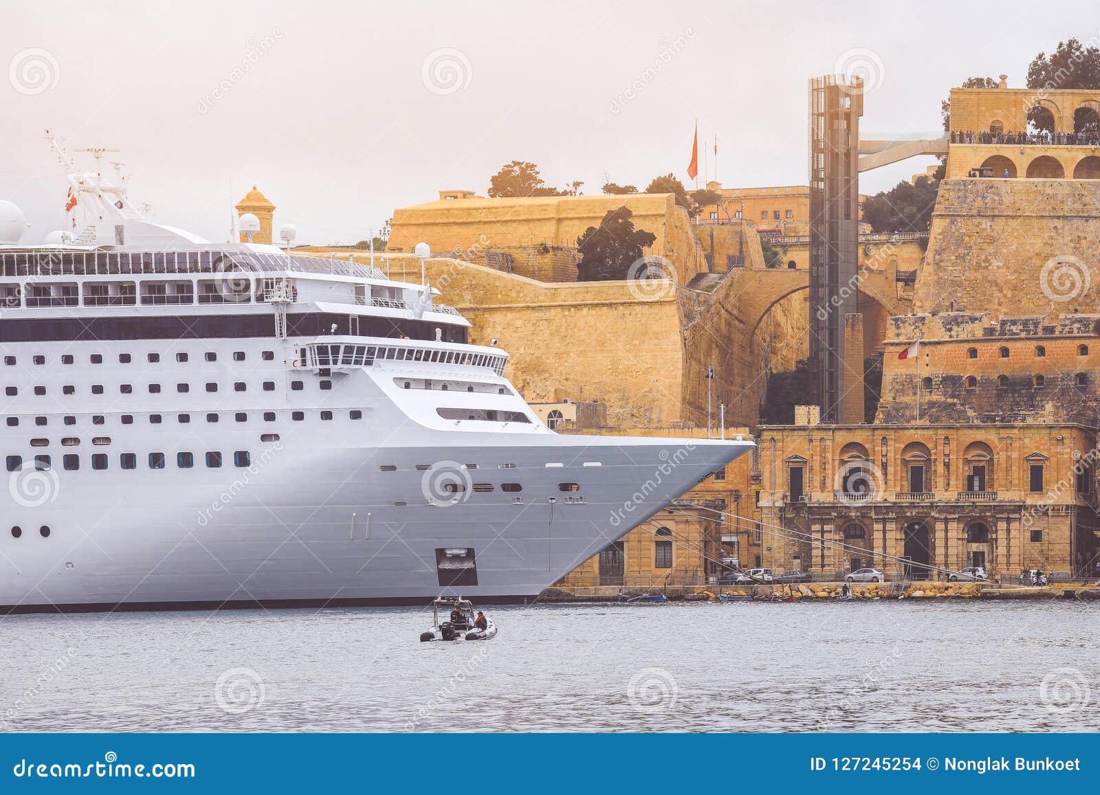 Nave da crociera di lusso attraccata in porto di La Valletta