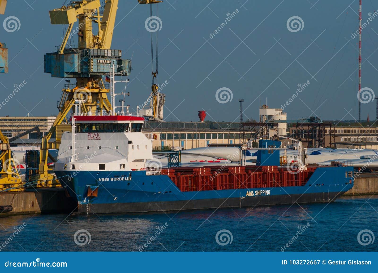 Nave del transporte del molino de viento en el puerto de Rostock