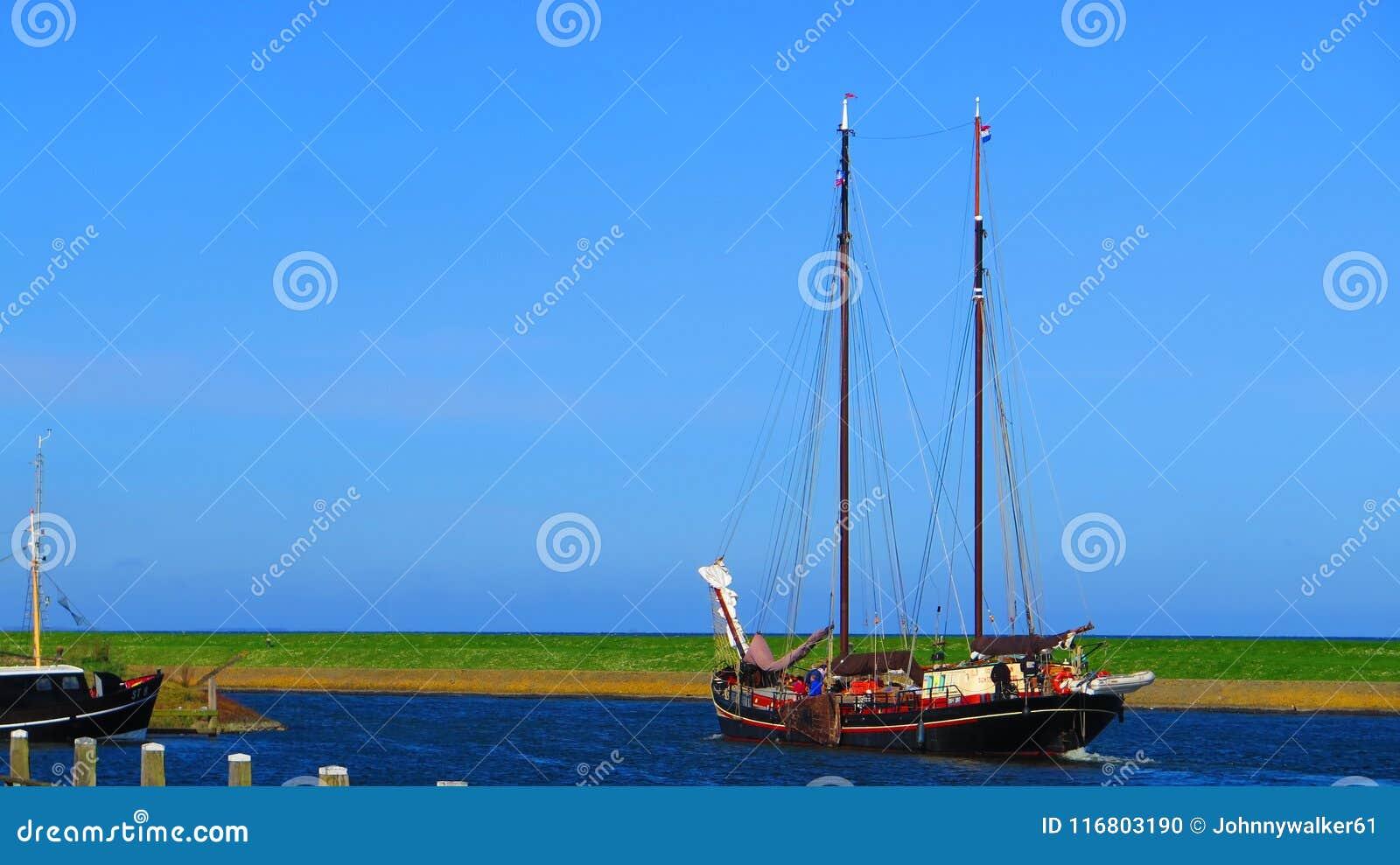 Nave di navigazione olandese tradizionale che lascia porto