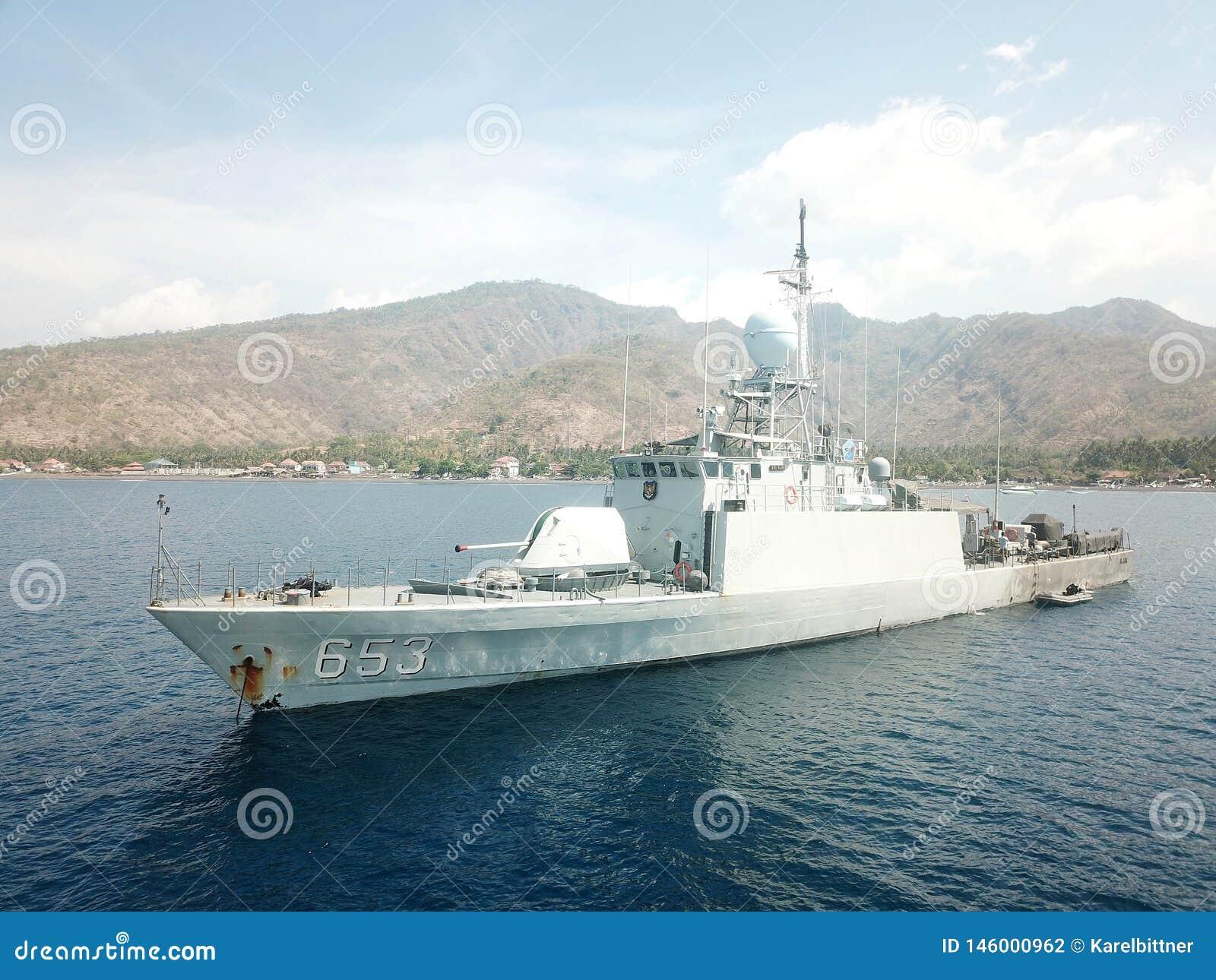 Nave militar de la marina de guerra indonesia anclada en los puntos del mar del Balinese en Amed