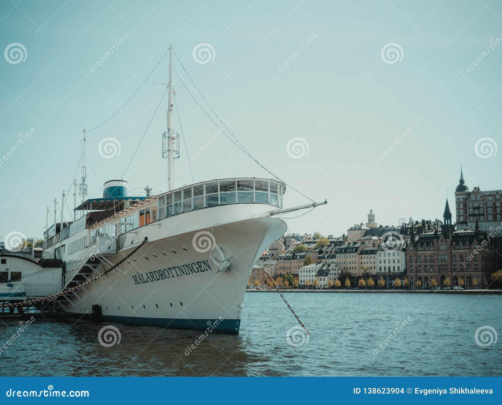 Nave por el mar en centro de ciudad de Helsinki Verano