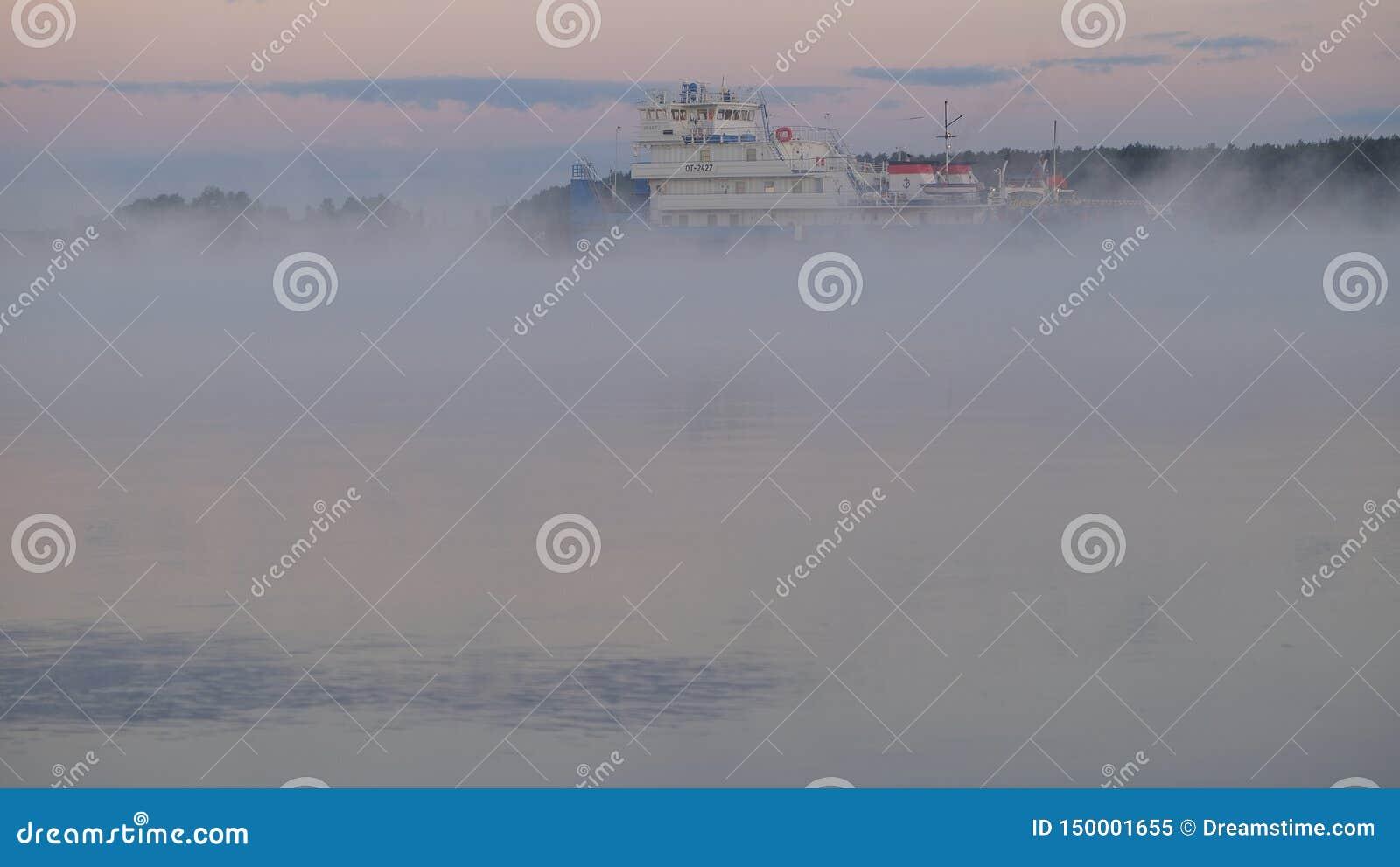 Nave que pasa a lo largo del río Volga en el amanecer cerca del pueblo de Konakovon