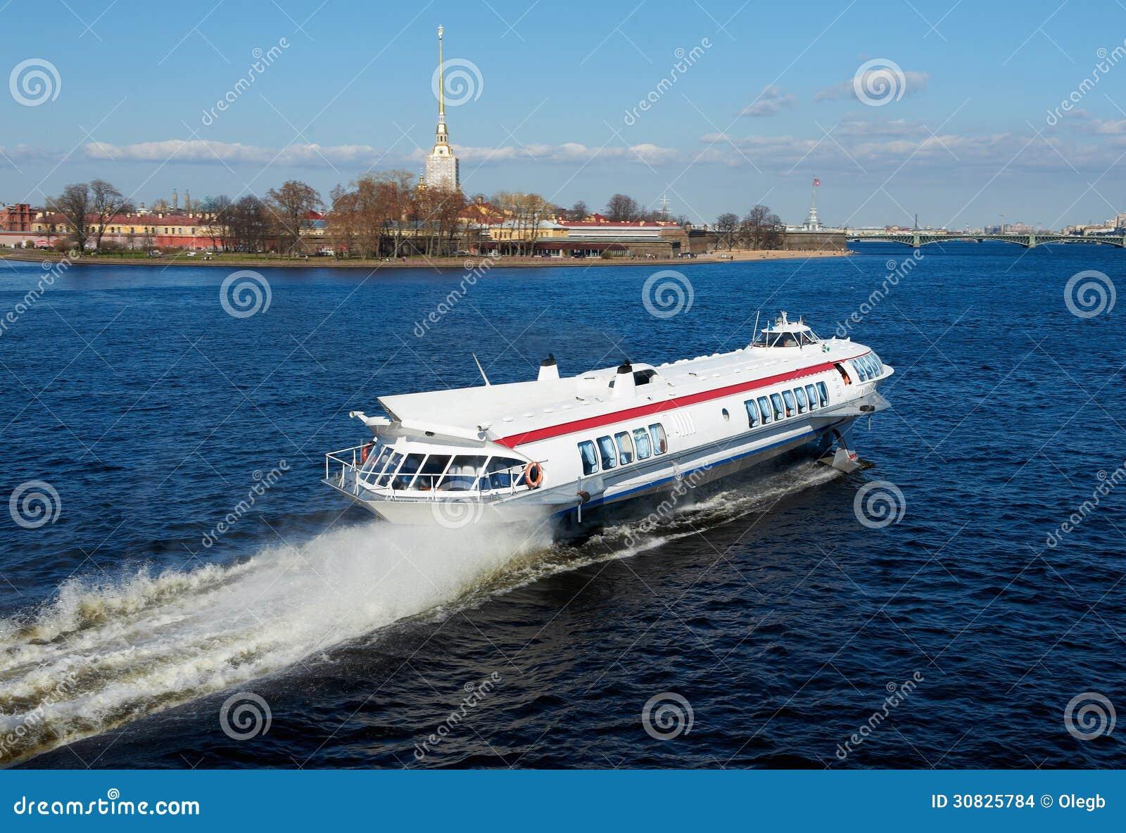 Nave sul fiume Neva