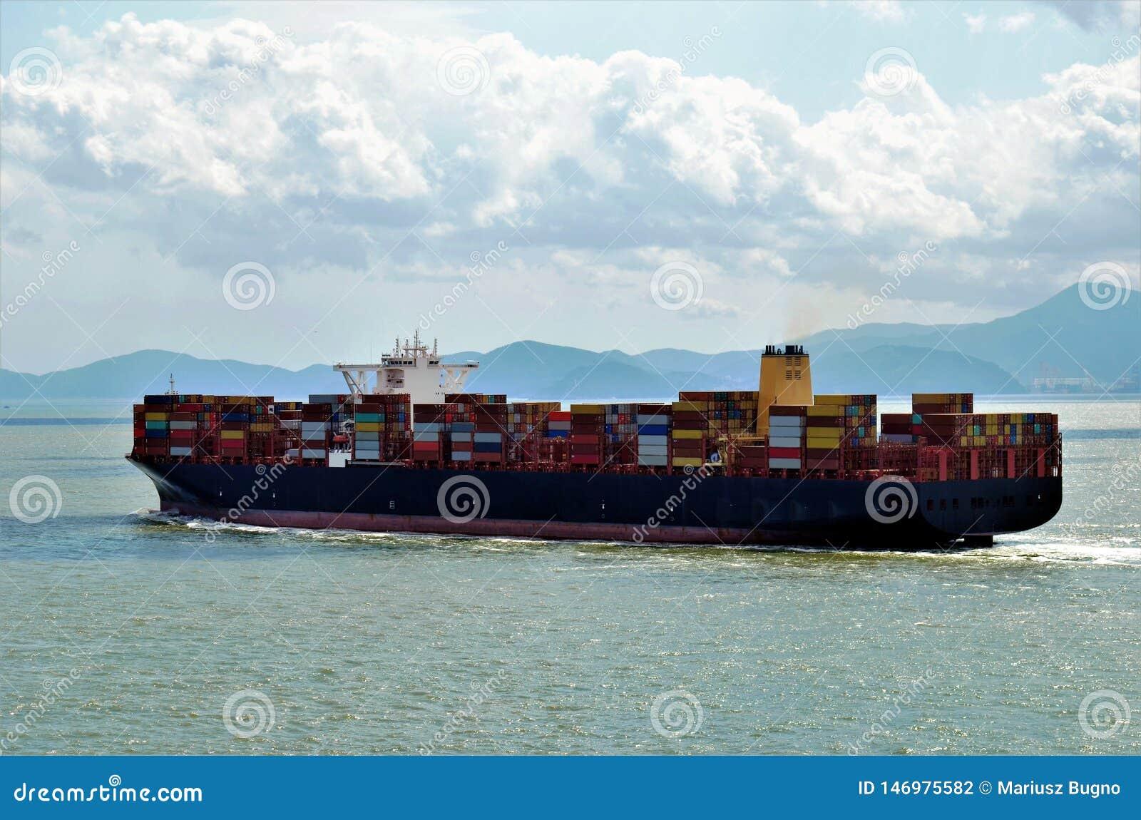 Navegación de la nave del contenedor para mercancías cerca de la costa china