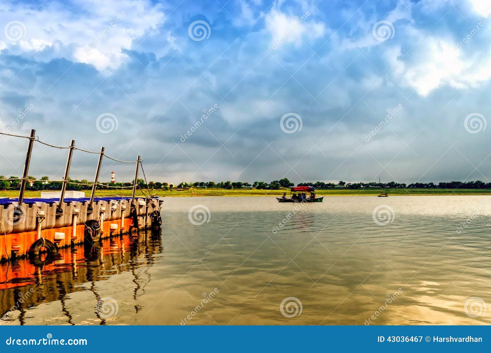 Navegación del barco de Woden en agua santa del ganga en el allahabad la India Asia