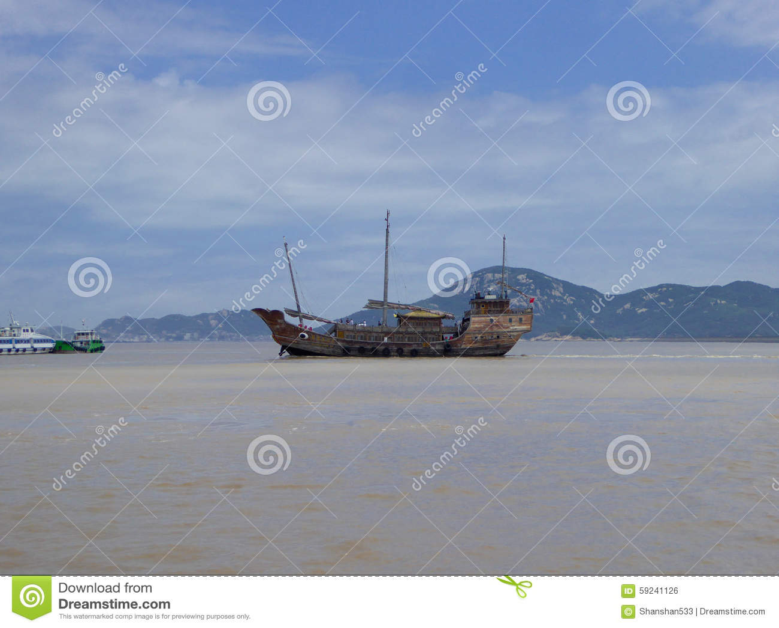 Navegación del barco en un lago con el fondo del cielo azul