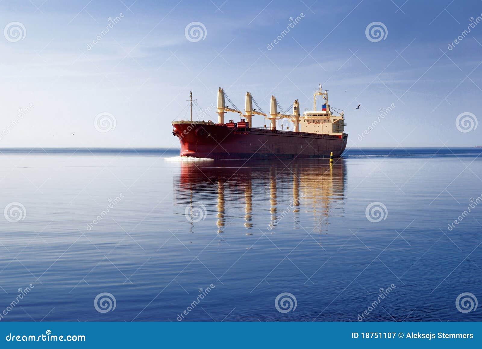 Navegación del buque de carga en agua inmóvil