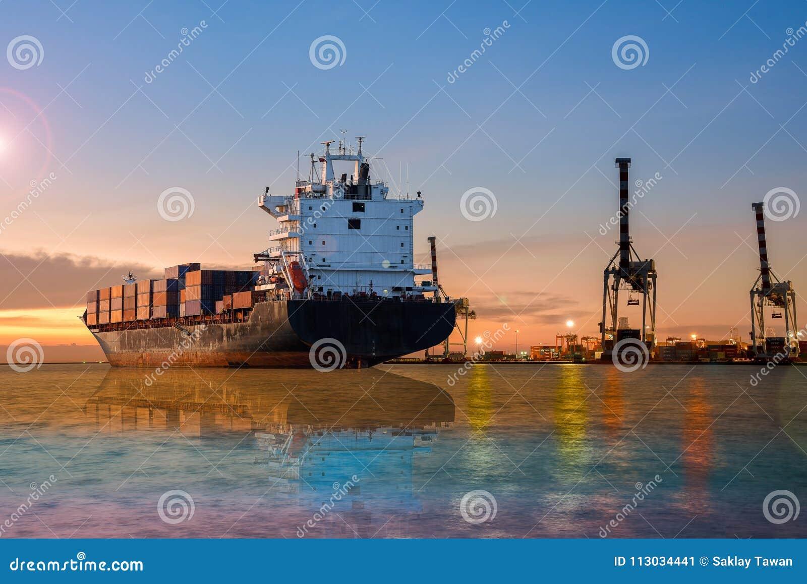 Navegación del buque de carga en el mar