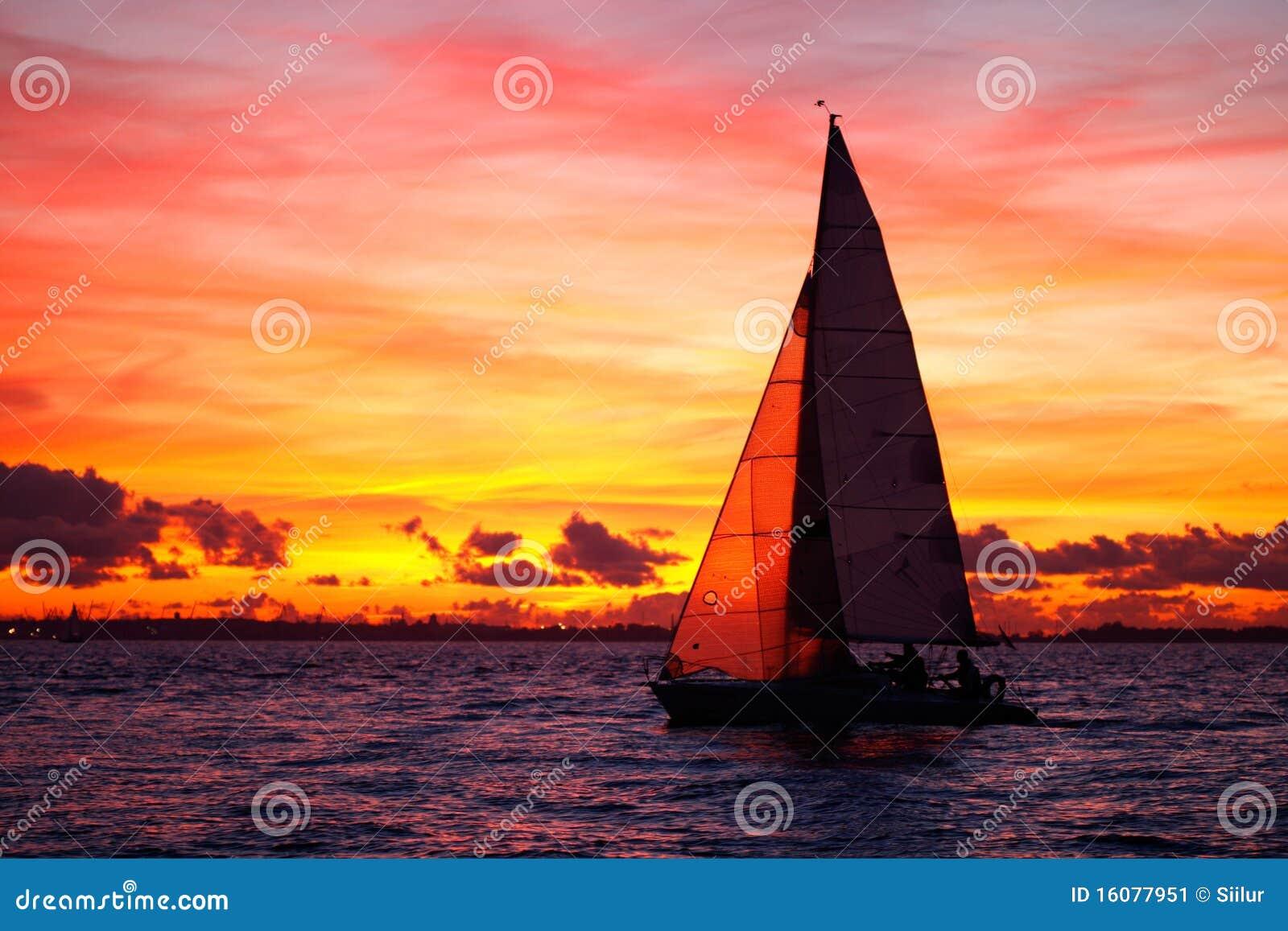 Navegación del yate en la puesta del sol