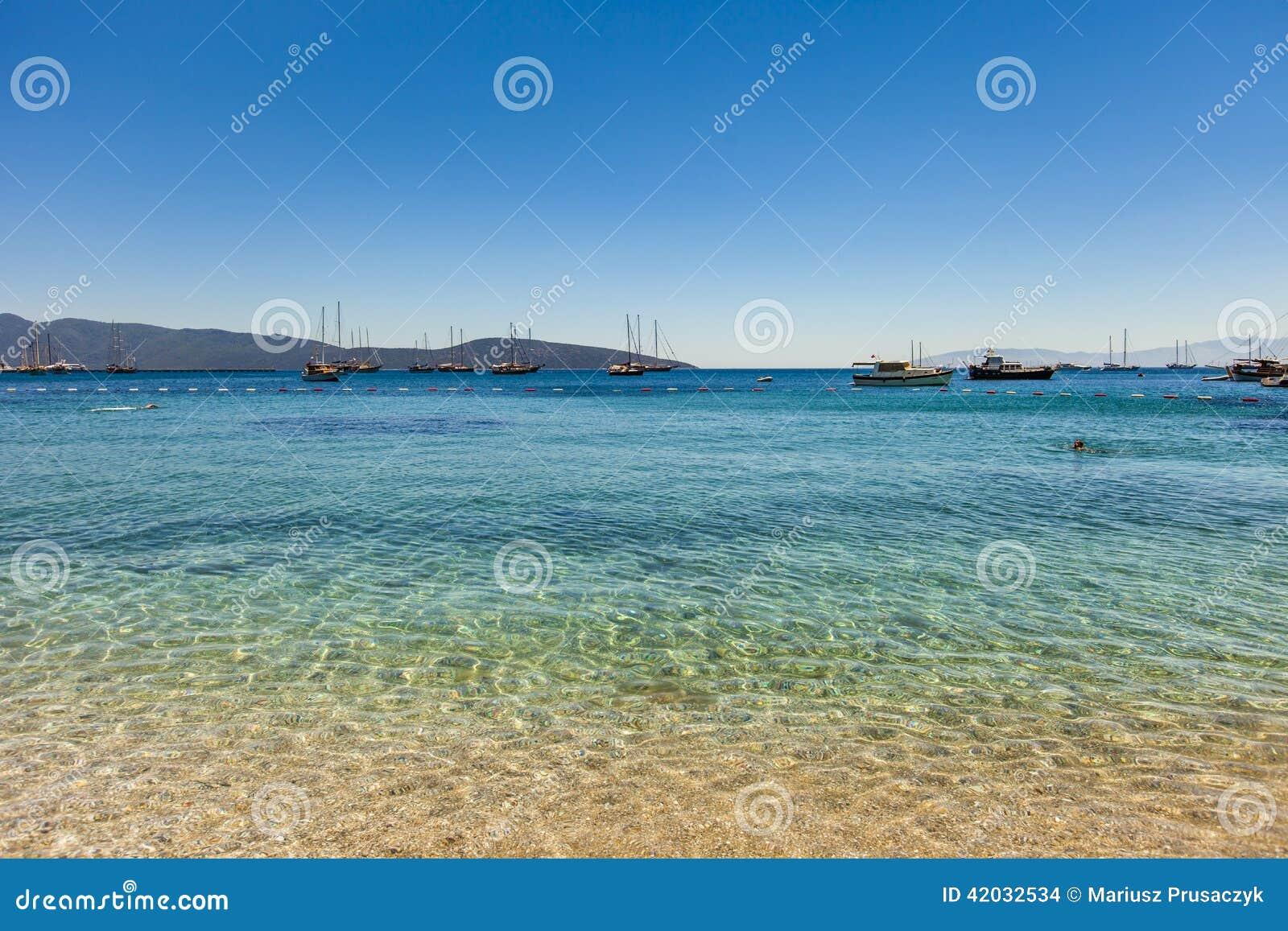 Navegue en el ancla en una bahía hermosa cerca de Bodrum, Turquía