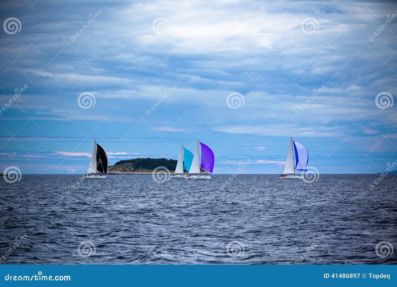 Navegue la regata en el mar adriático en tiempo ventoso