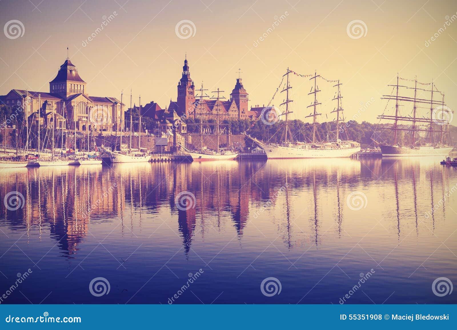 Navi di navigazione d annata di stile ad alba in Szczecin