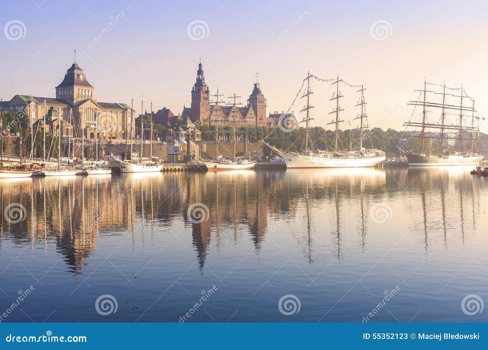 Navi di navigazione dall argine di Chrobry in Szczecin ad alba