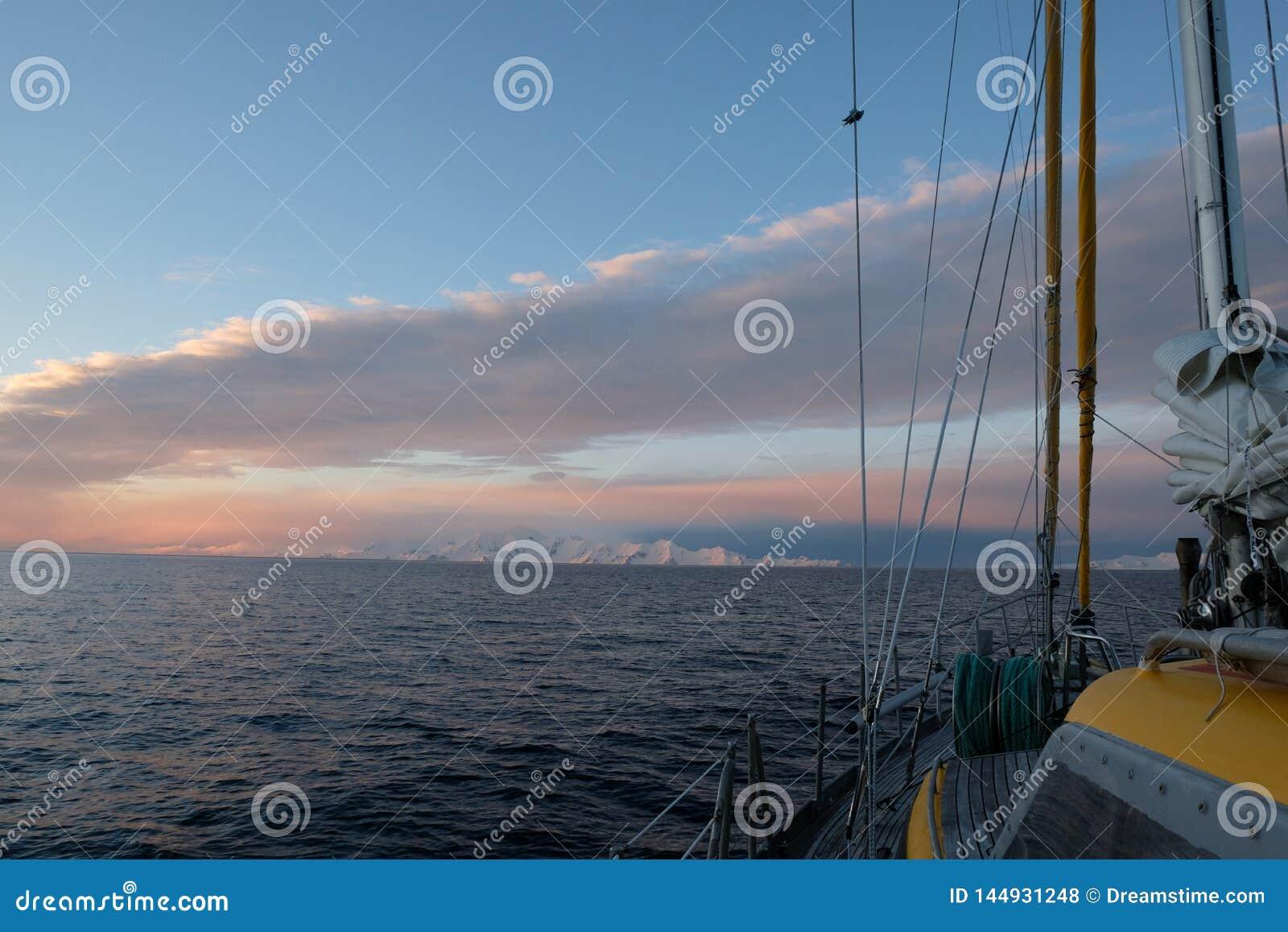 Navigação da Antártica sob um rosa e um céu azul