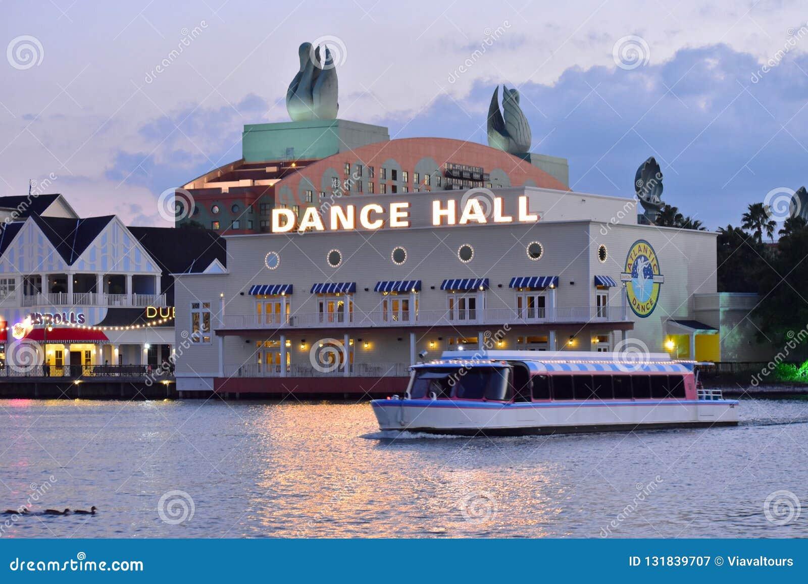 Navigação do barco do táxi no lago no clube noturno, em restaurantes e no fundo coloridos do hotel no lago Bue