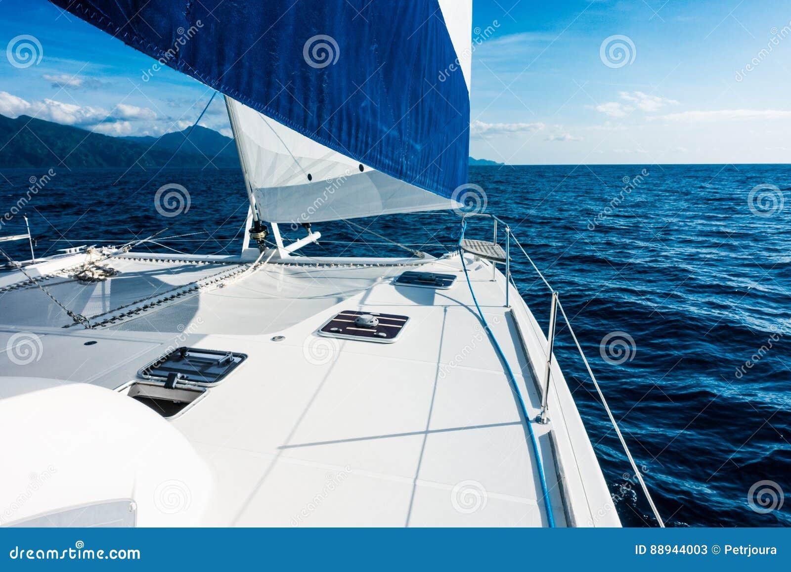 Navigação do catamarã do iate da navigação no mar Sailboat sailing