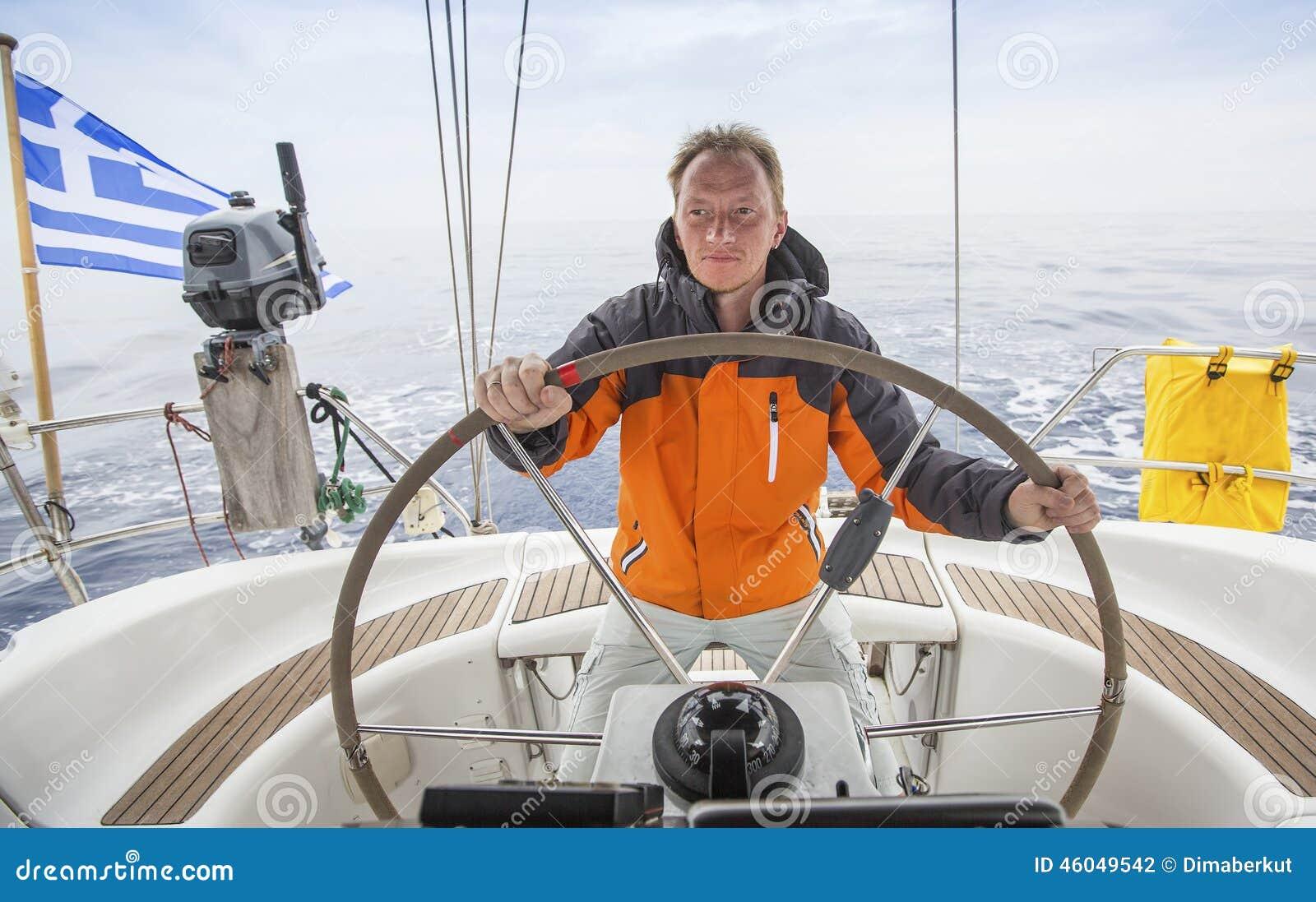 Navigação do homem novo no mar Capitão do iate sailing