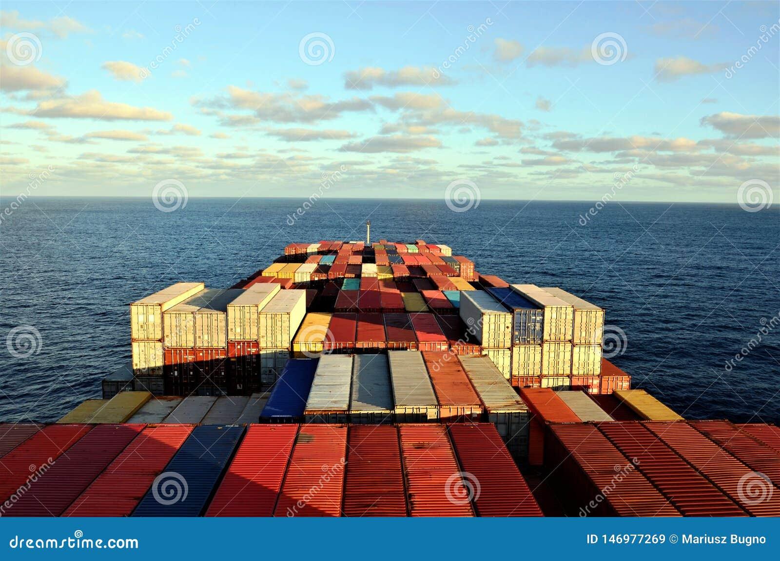 Navigação do navio de recipiente através do Oceano Pacífico