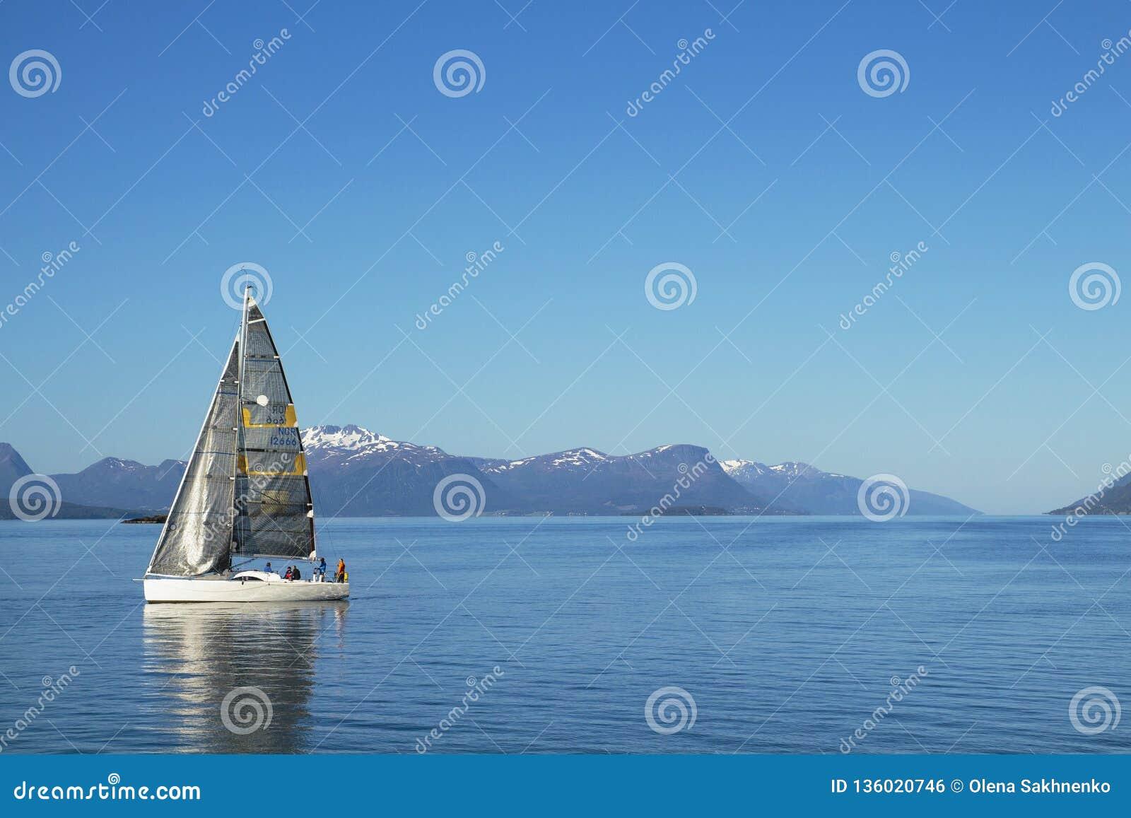 Navigação dos veleiros, céu nebuloso azul e velas brancas Molde Noruega, Europa