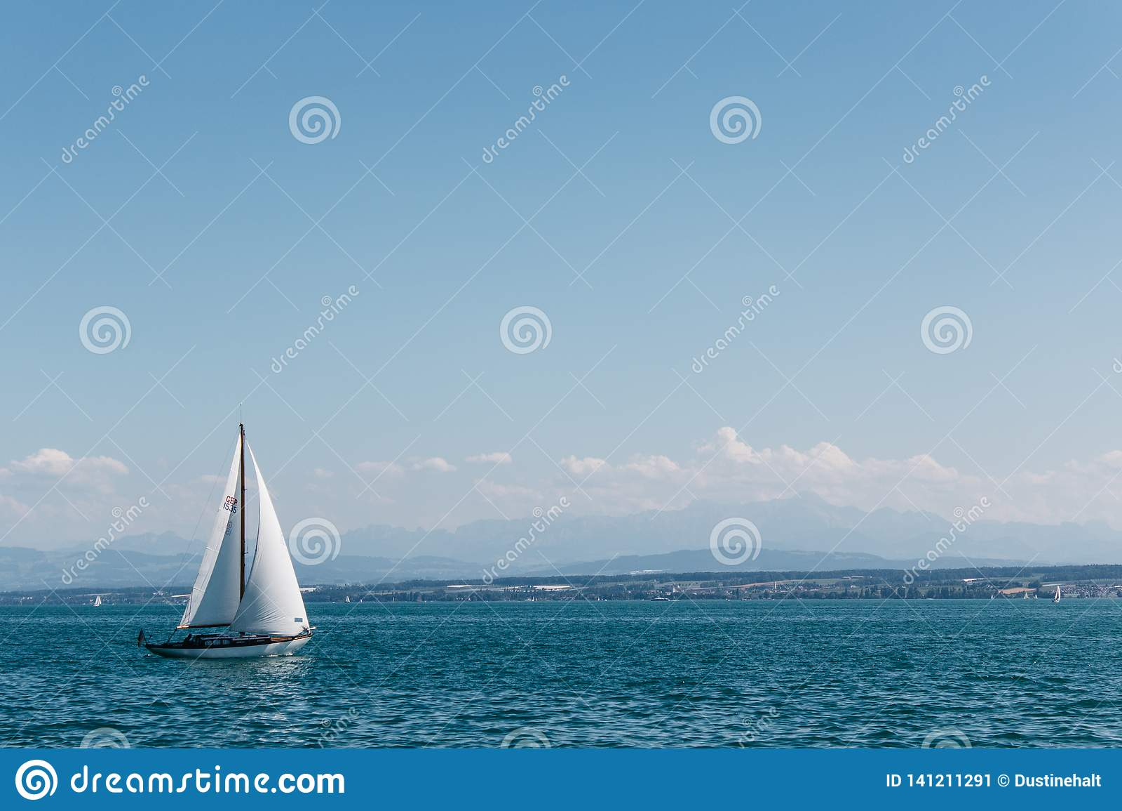 Navigação no mar sob céus azuis