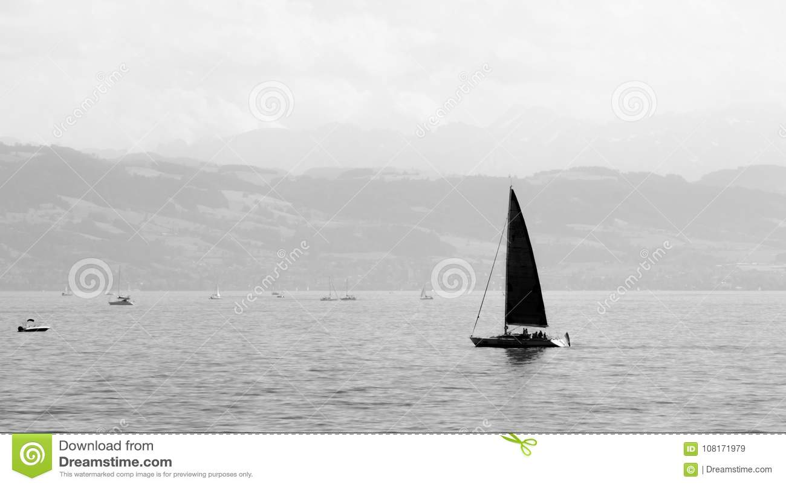 Navigação pequena no Bodensee, Alemanha do iate no monochrome