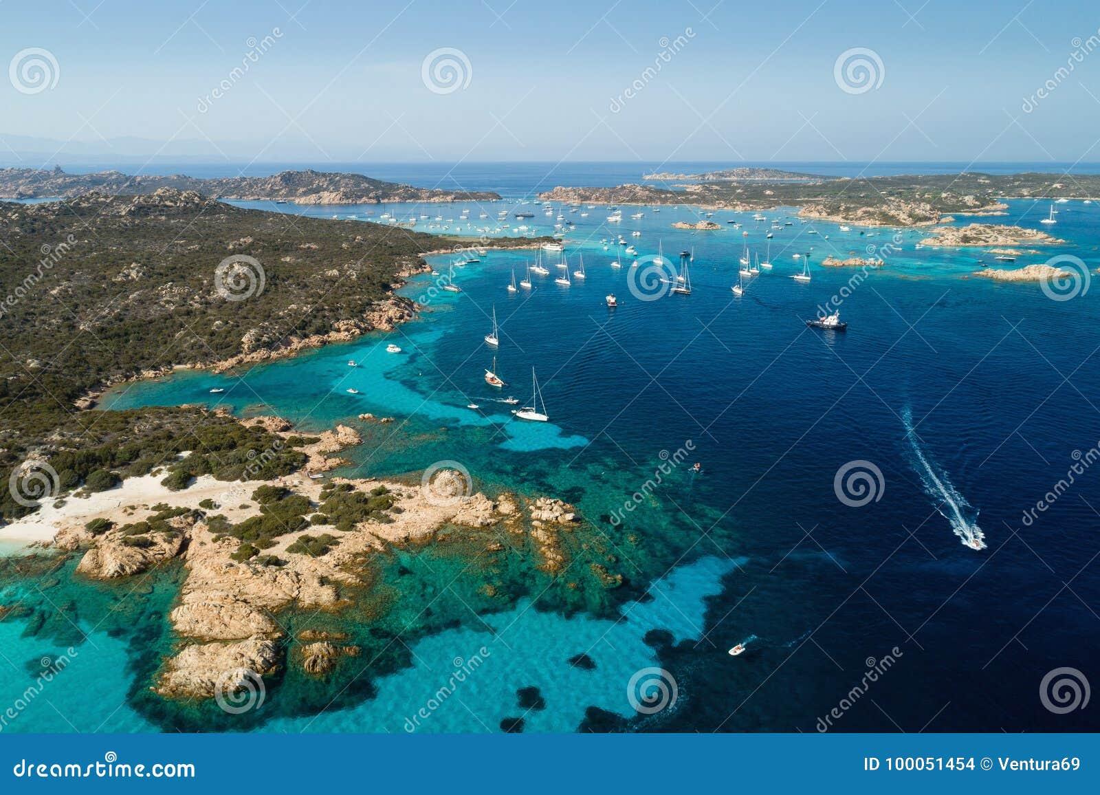 A navigação yachts perto das ilhas entre Sardinia e Córsega