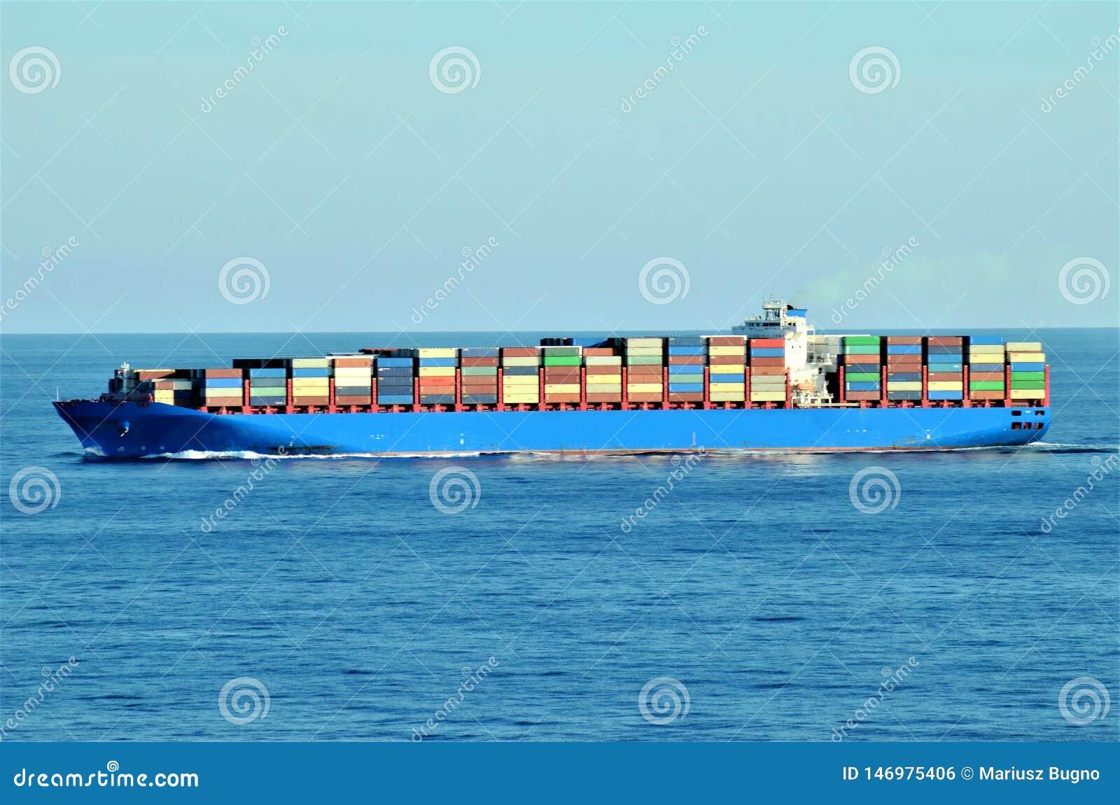 Naviga??o do navio de recipiente da carga atrav?s do oceano calmo
