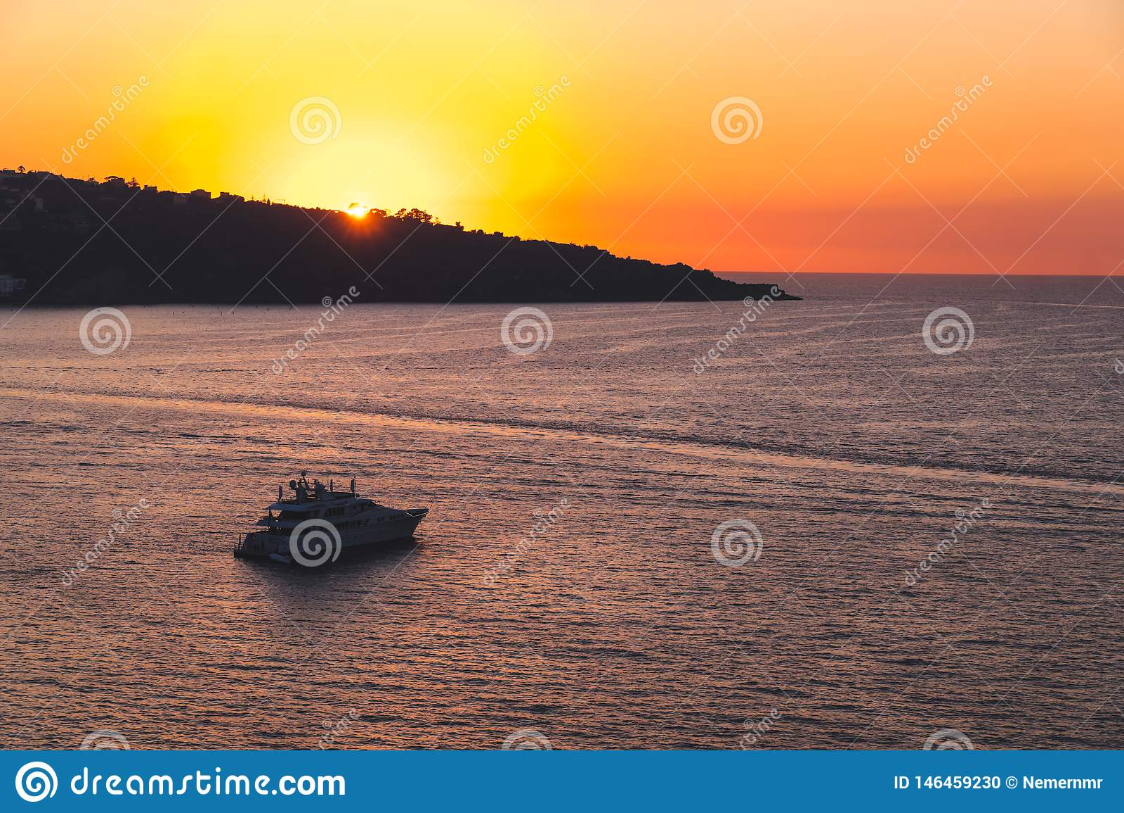 Naviga??o luxuosa do navio do forro de oceano do cruzeiro do porto no nascer do sol, por do sol, ba?a de It?lia Sorrento, excurs?