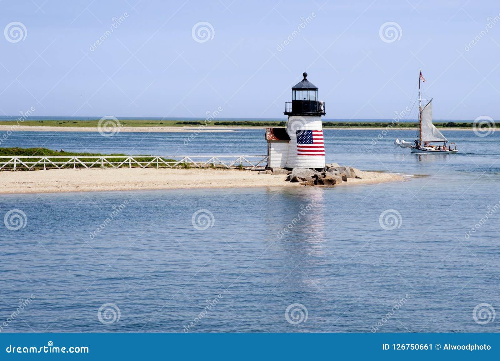 Navigando dopo il faro sull isola di Nantucket un giorno di estate