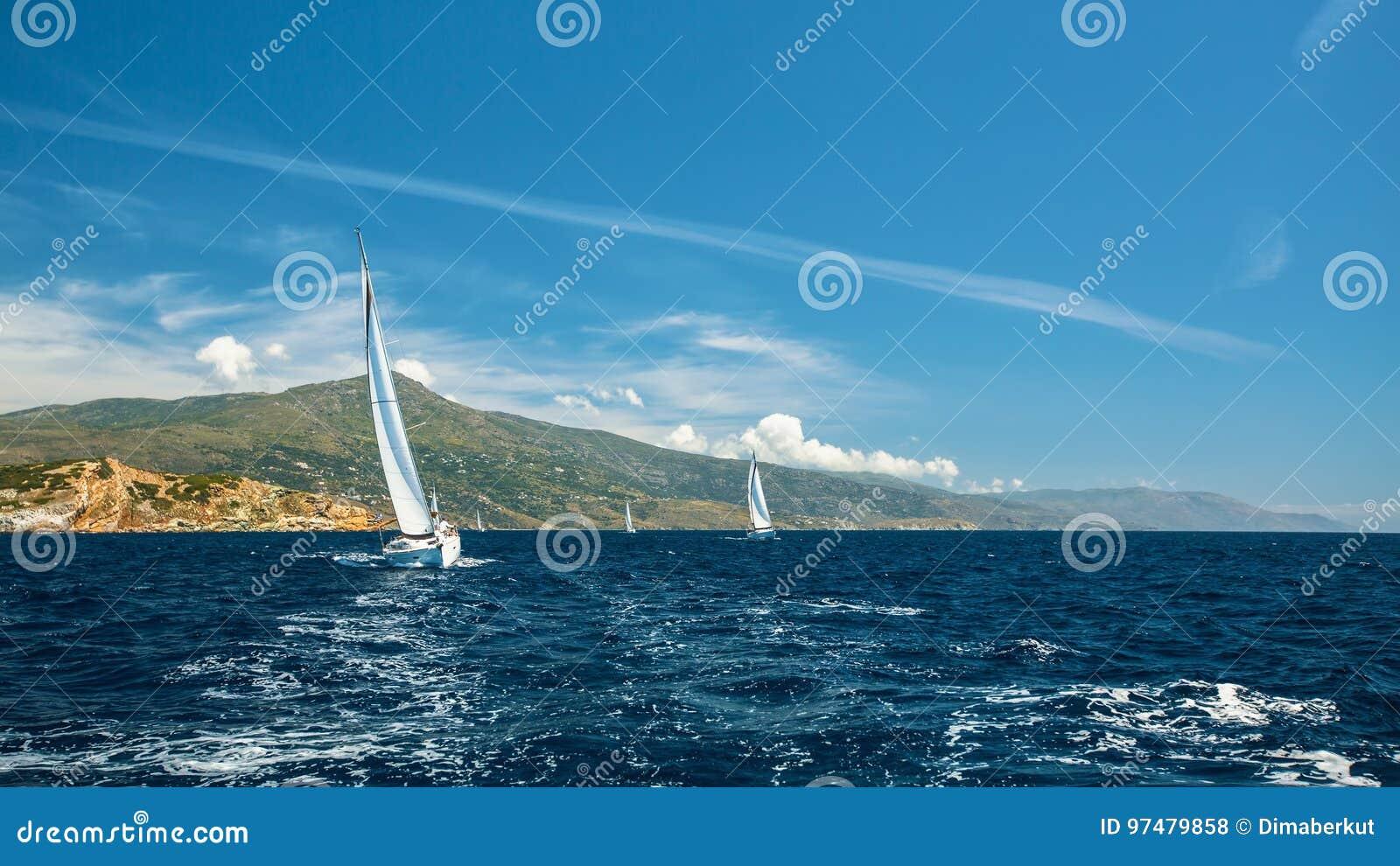 Navigando nel vento attraverso le onde in mare