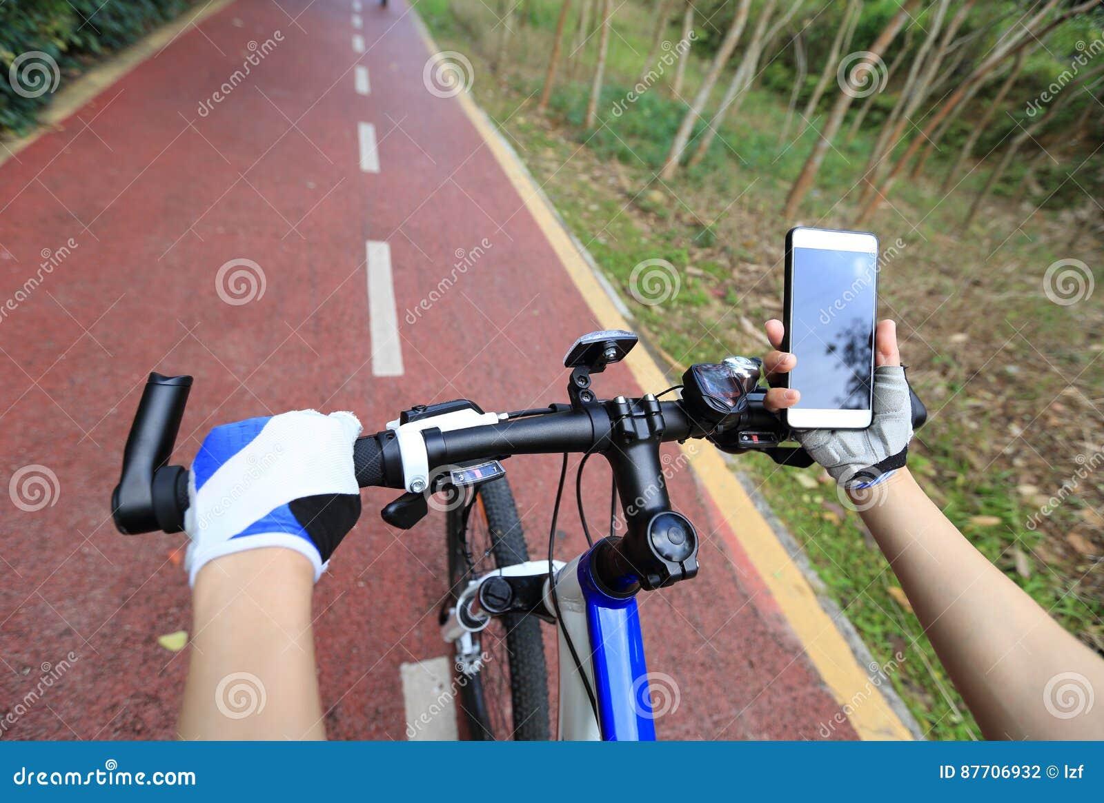 Navigateur de généralistes d utilisation de mains de cycliste sur le smartphone