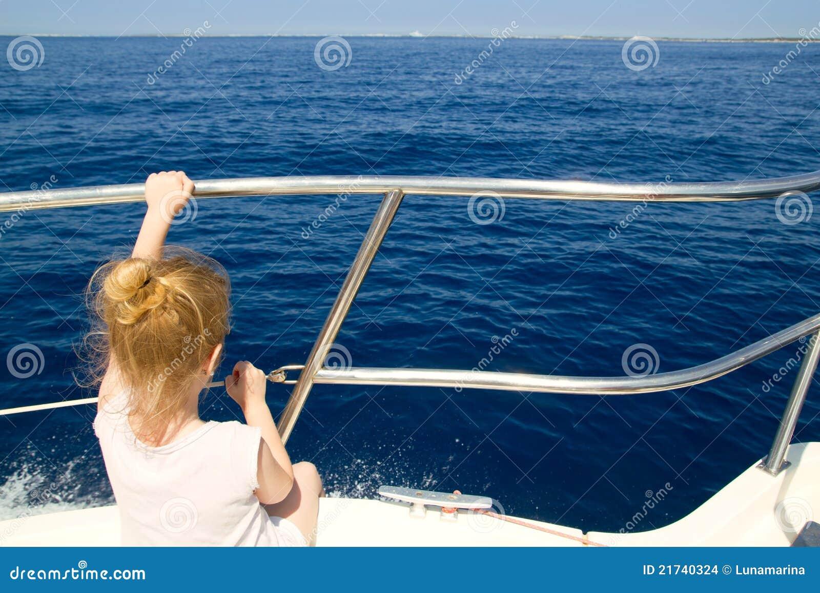 Navigation blonde de vue arri re de petite fille dans le for Dans un petit bateau