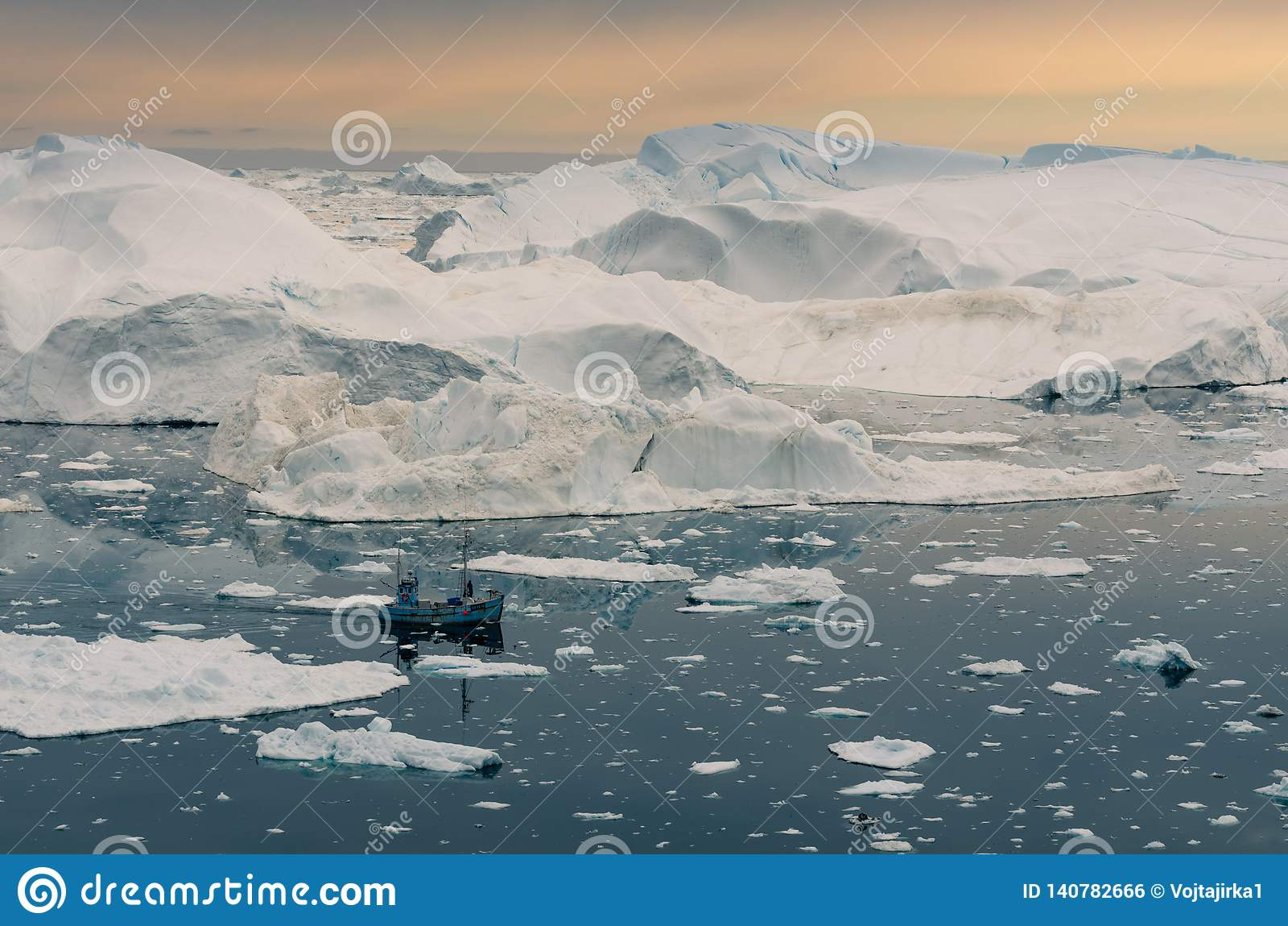 Navigation de bateau parmi les icebergs énormes dans l icefjord d Ilulissat, Groenland
