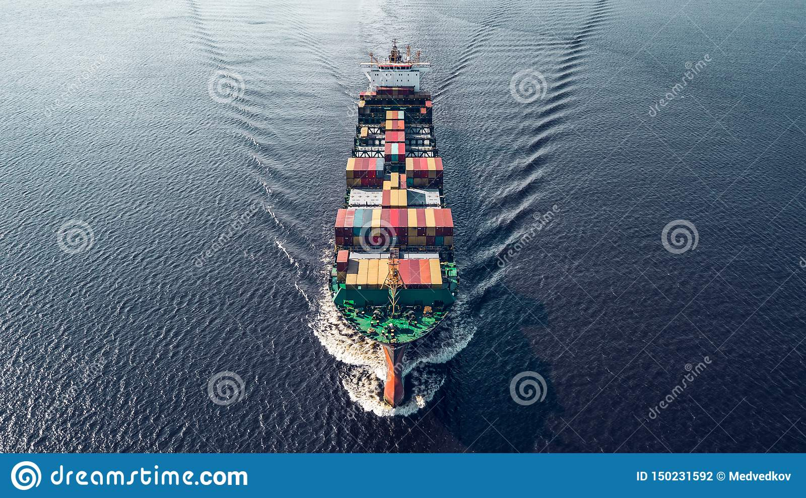 Navigation de navire porte-conteneurs en mer