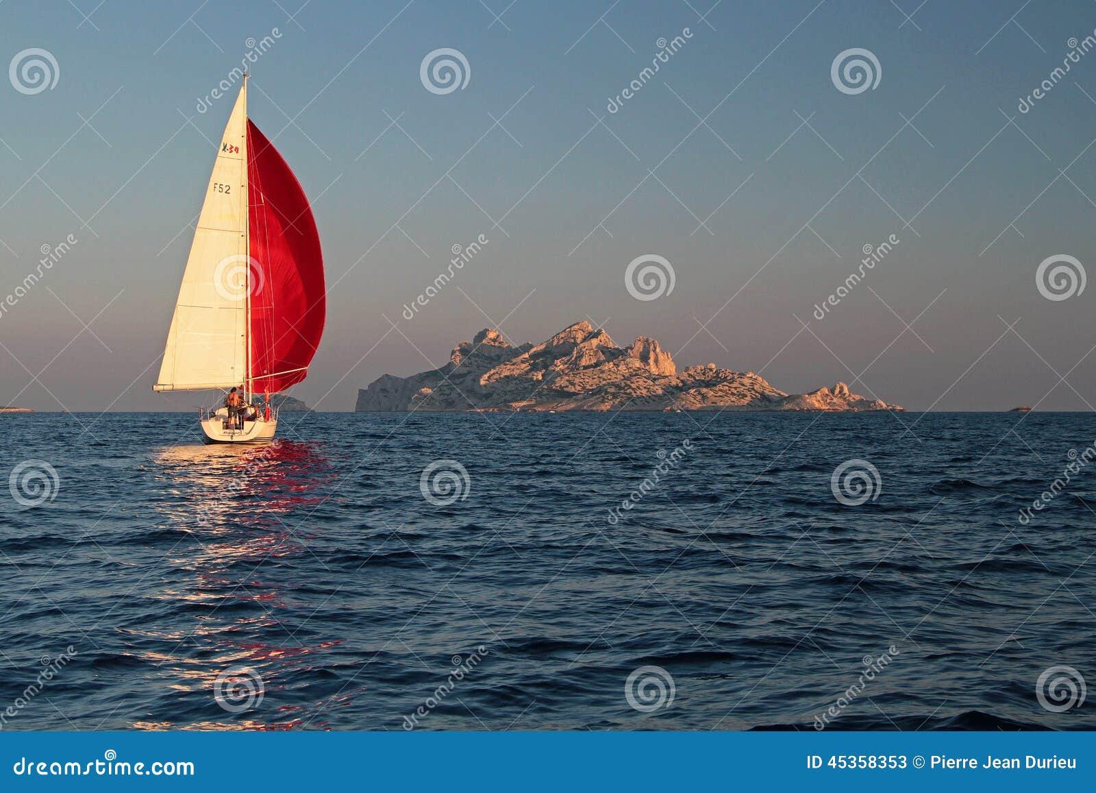 Navigation de yacht dans le Calanques
