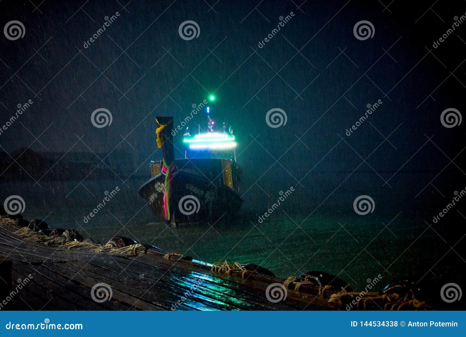 Navigation nationale tha?landaise de bateau autour de la baie
