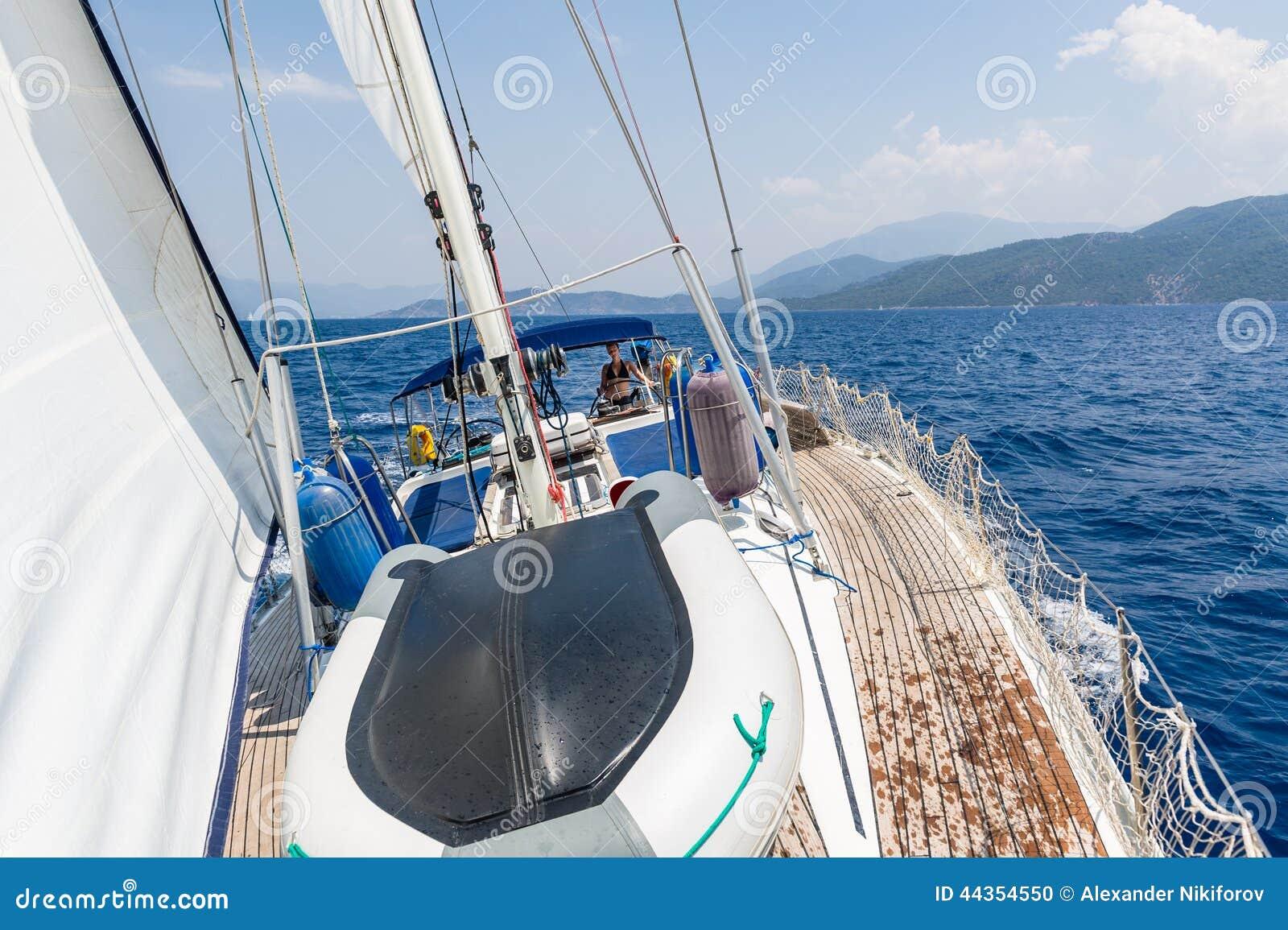 Navigazione dell yacht girante con le donne sul timone