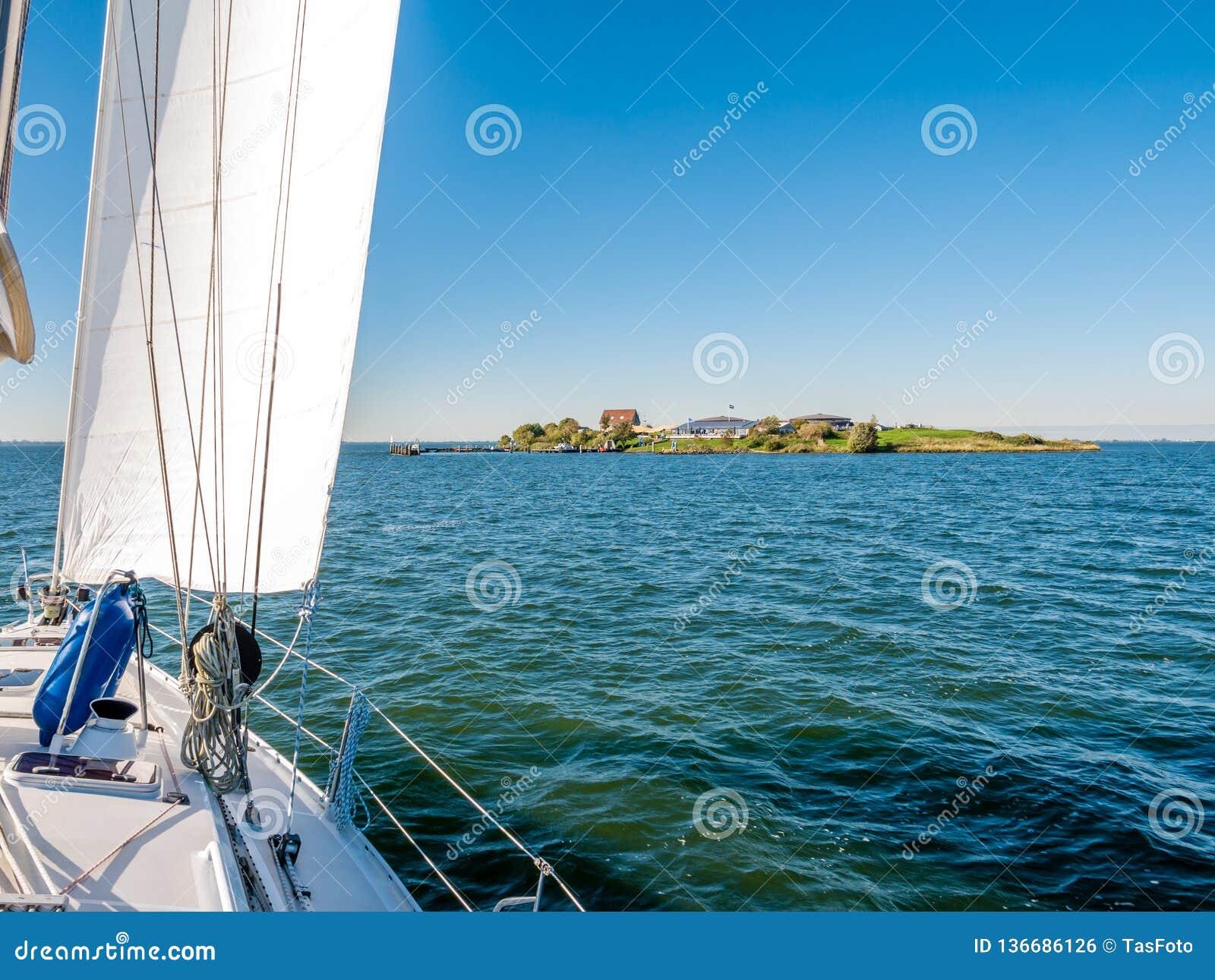 Navigazione della barca a vela all isola forte Pampus nel lago IJmeer vicino ad Amsterdam, Paesi Bassi