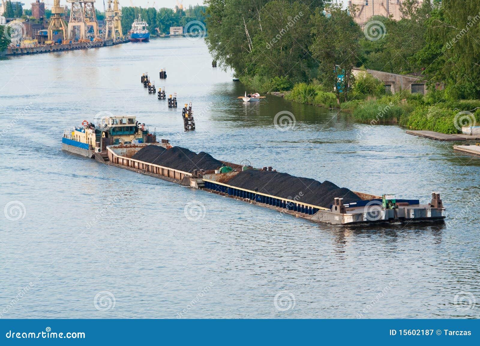 Navigazione della chiatta del carbone sul fiume immagine for Cabine sul bordo del fiume