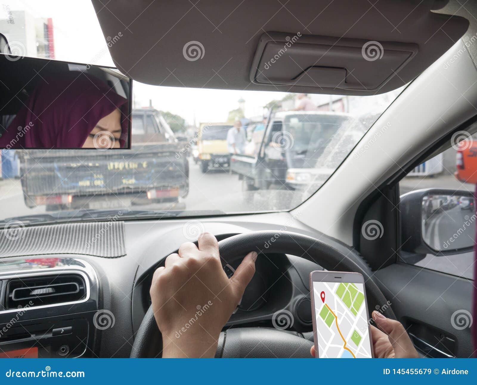 Navigazione della mappa di GPS sullo Smart Phone mentre conducendo un automobile