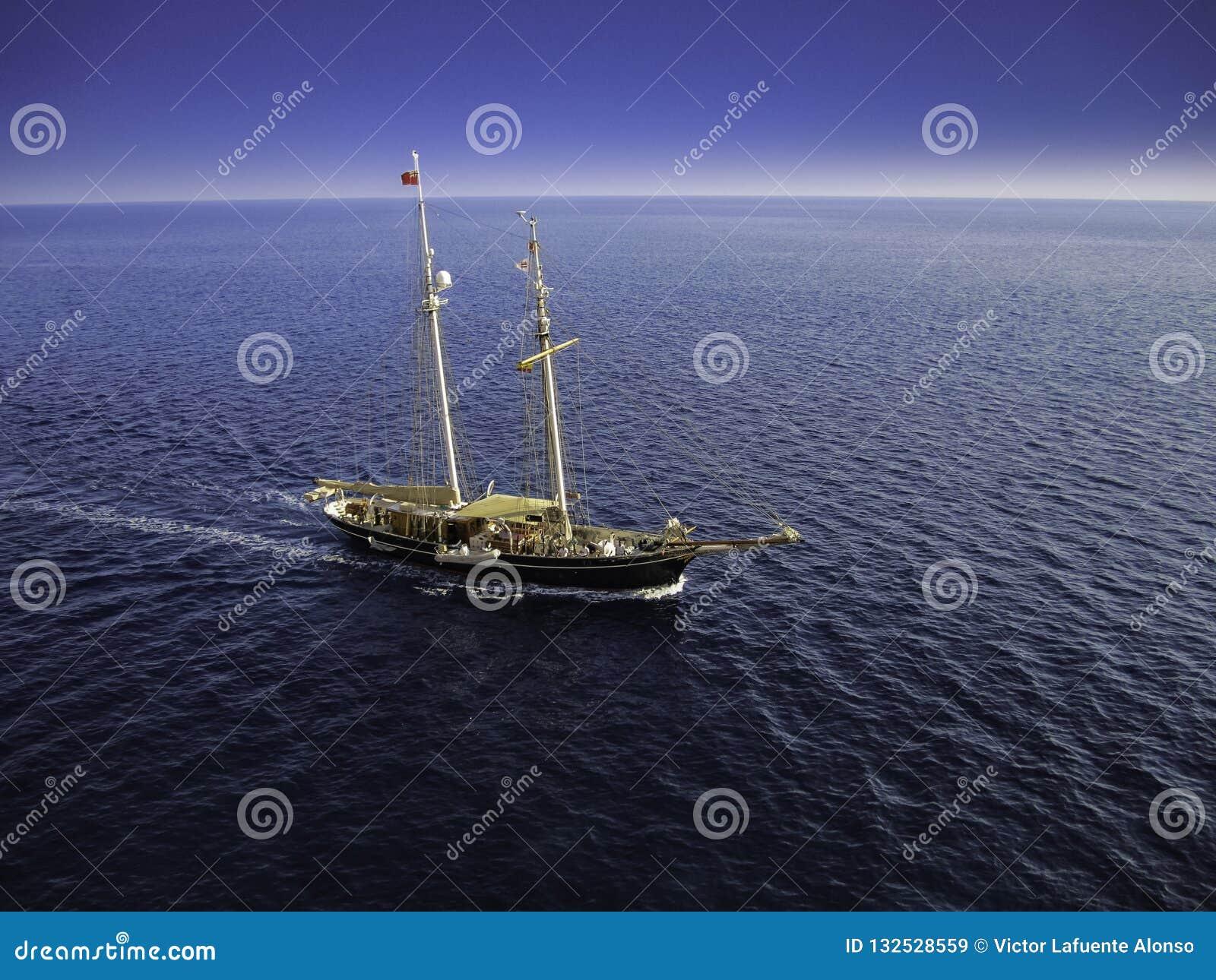 Navigazione piacevole della barca a vela al tramonto