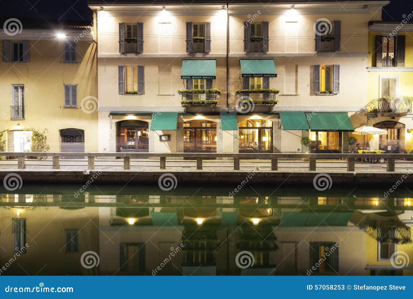 Navigli, de stad van Milaan, de mening van de de zomernacht Het beeld van de kleur