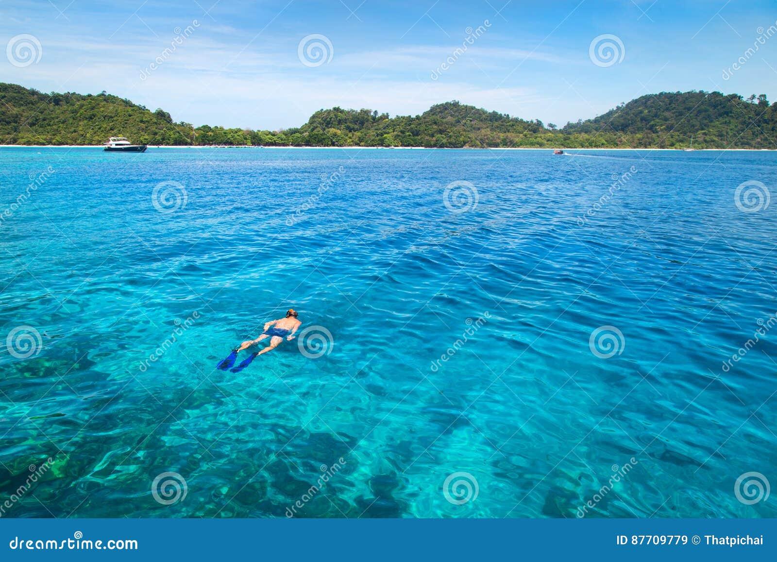 Naviguant au schnorchel chez Koh Rok, mer d Andaman, THAÏLANDE